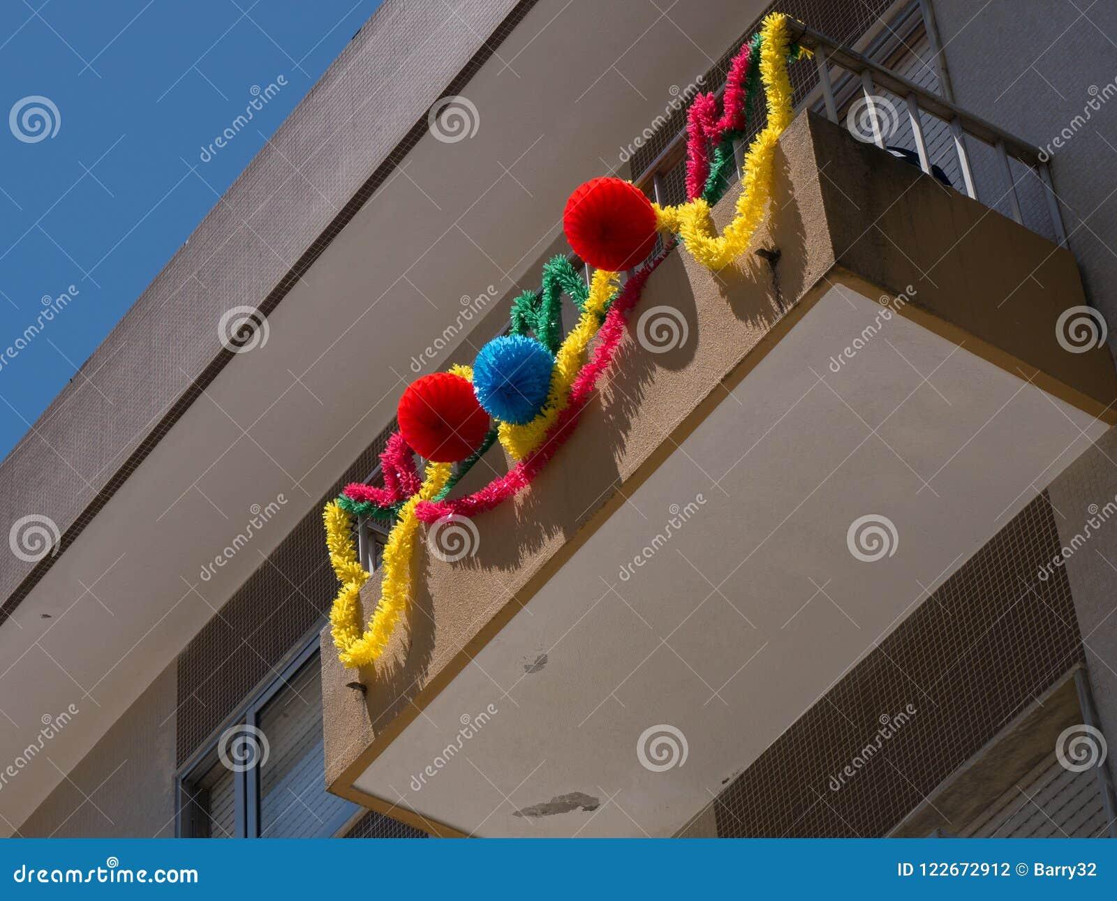 Le ghirlande pendono dai balconi nel Portogallo per commemorare il giorno dei san del ` s del Portogallo