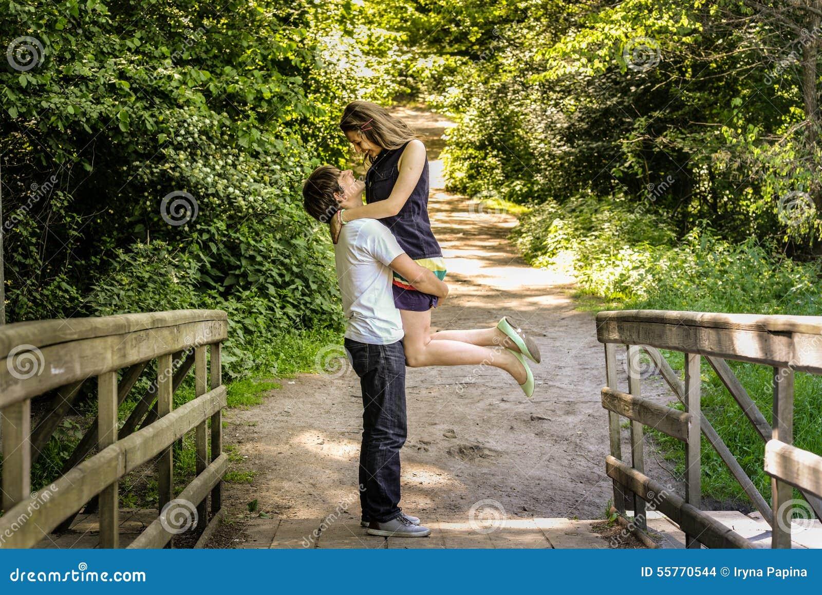 Le giovani coppie amorose felici godono di un momento di felicità in foresta