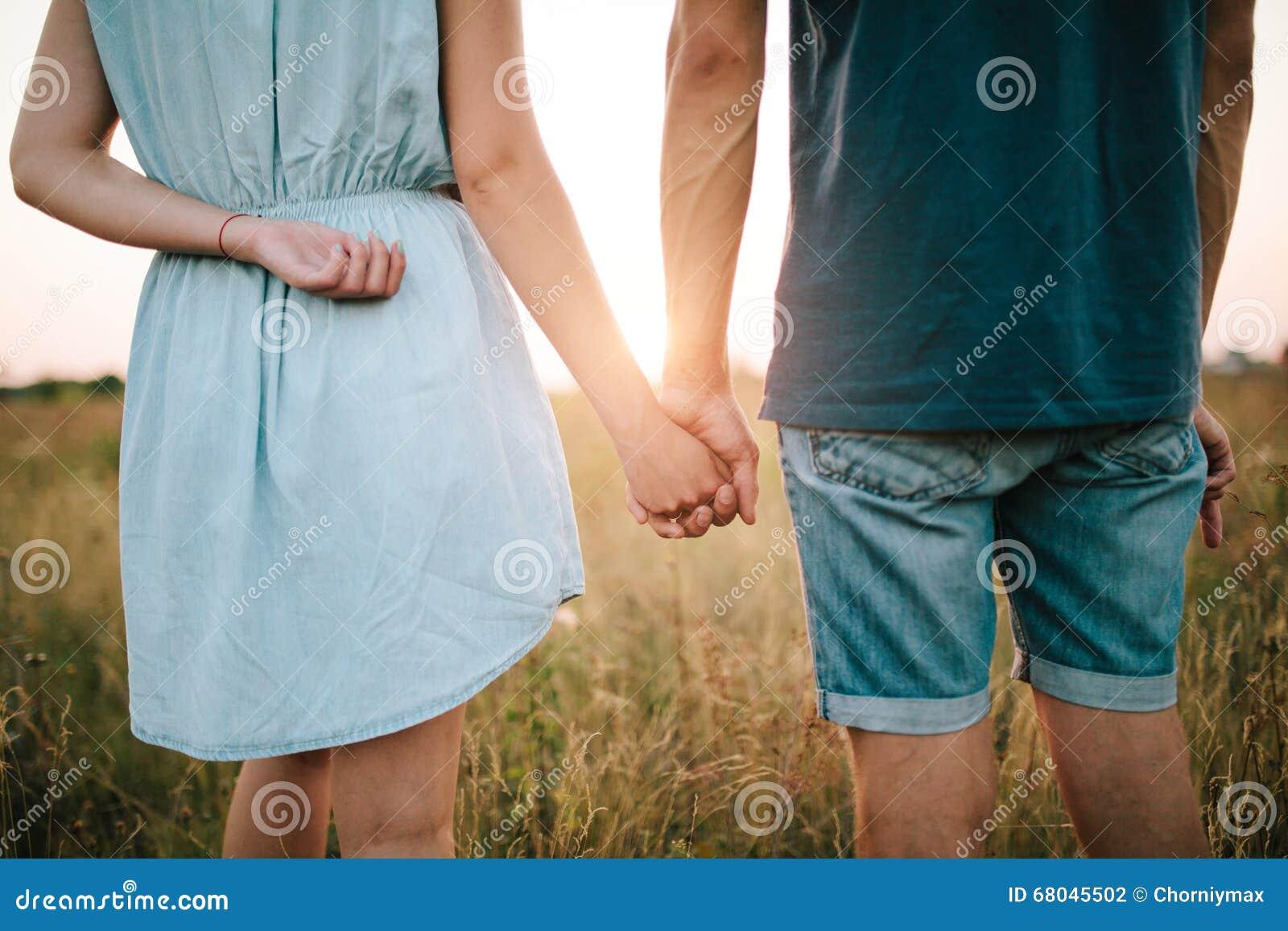 Le giovani coppie nell amore che cammina in autunno parcheggiano