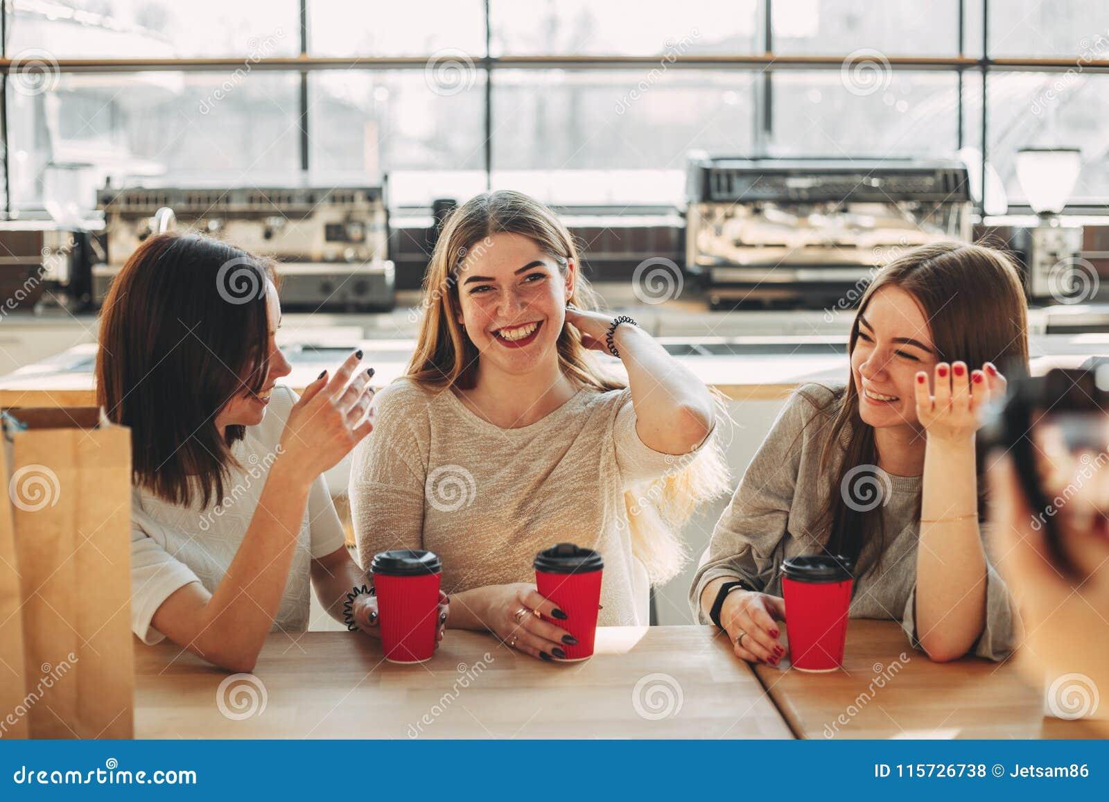 Le gladlynt kvinnasamtal till hennes vänner
