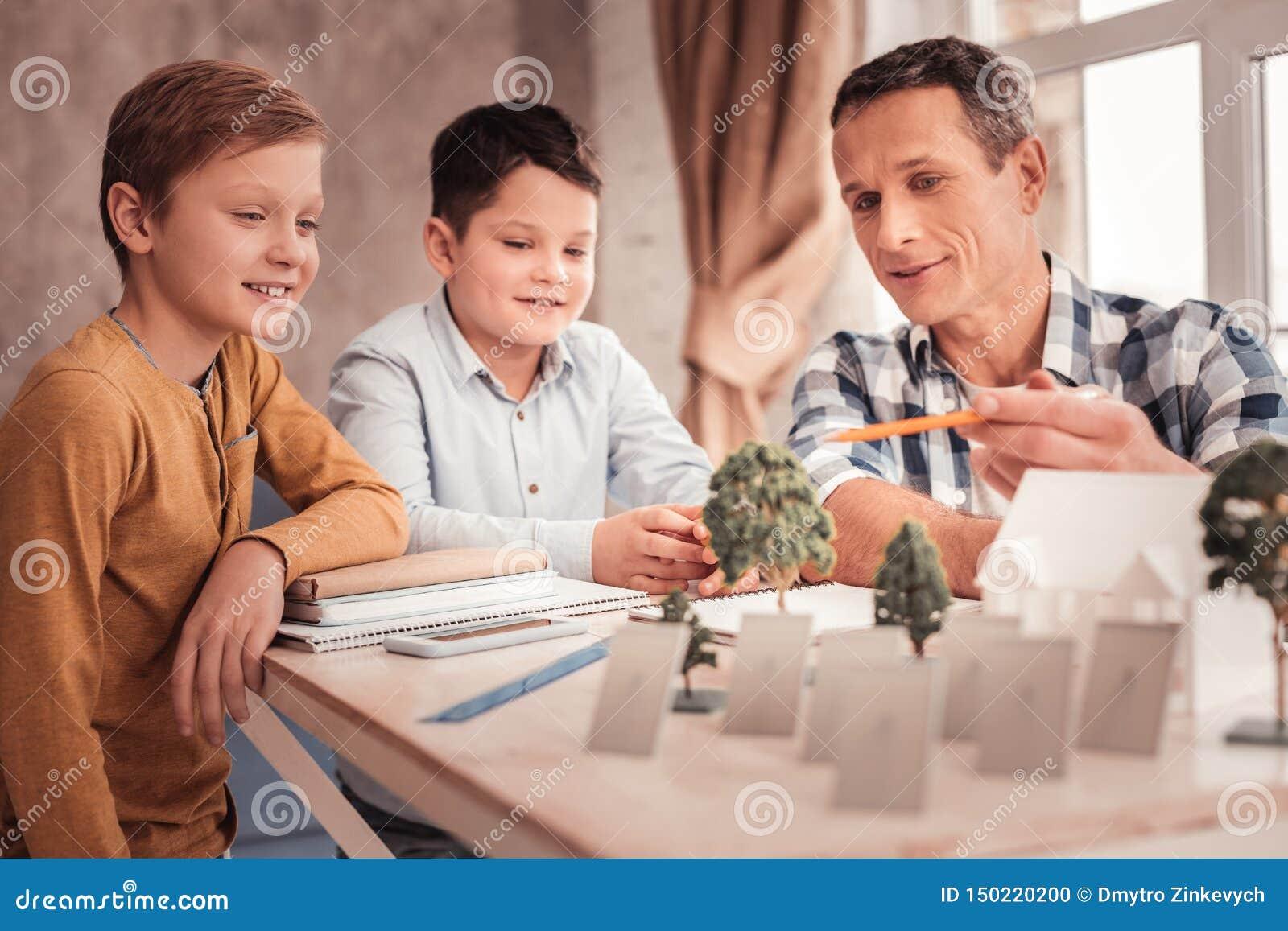 Le gladlynt spendera tid f?r fosterfark?nsla med barn