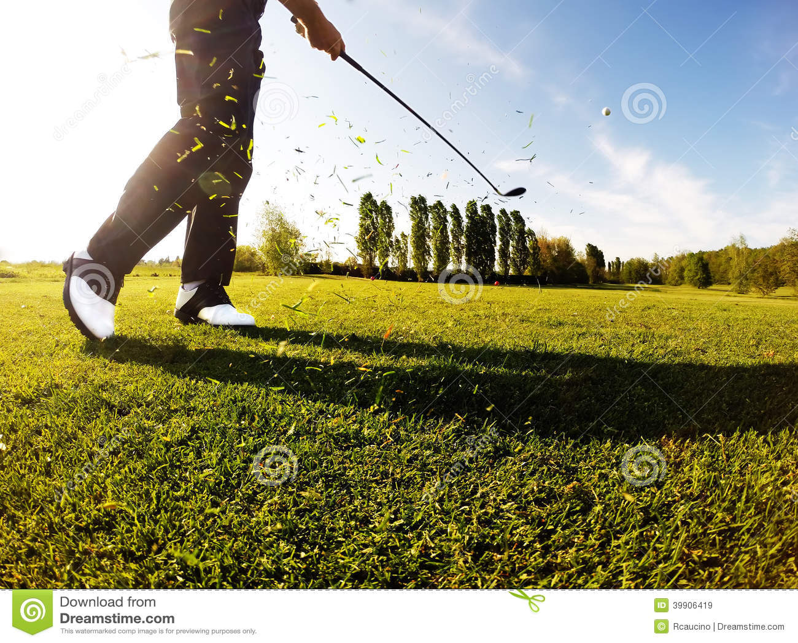 Le golfeur exécute un tir de golf du fairway.