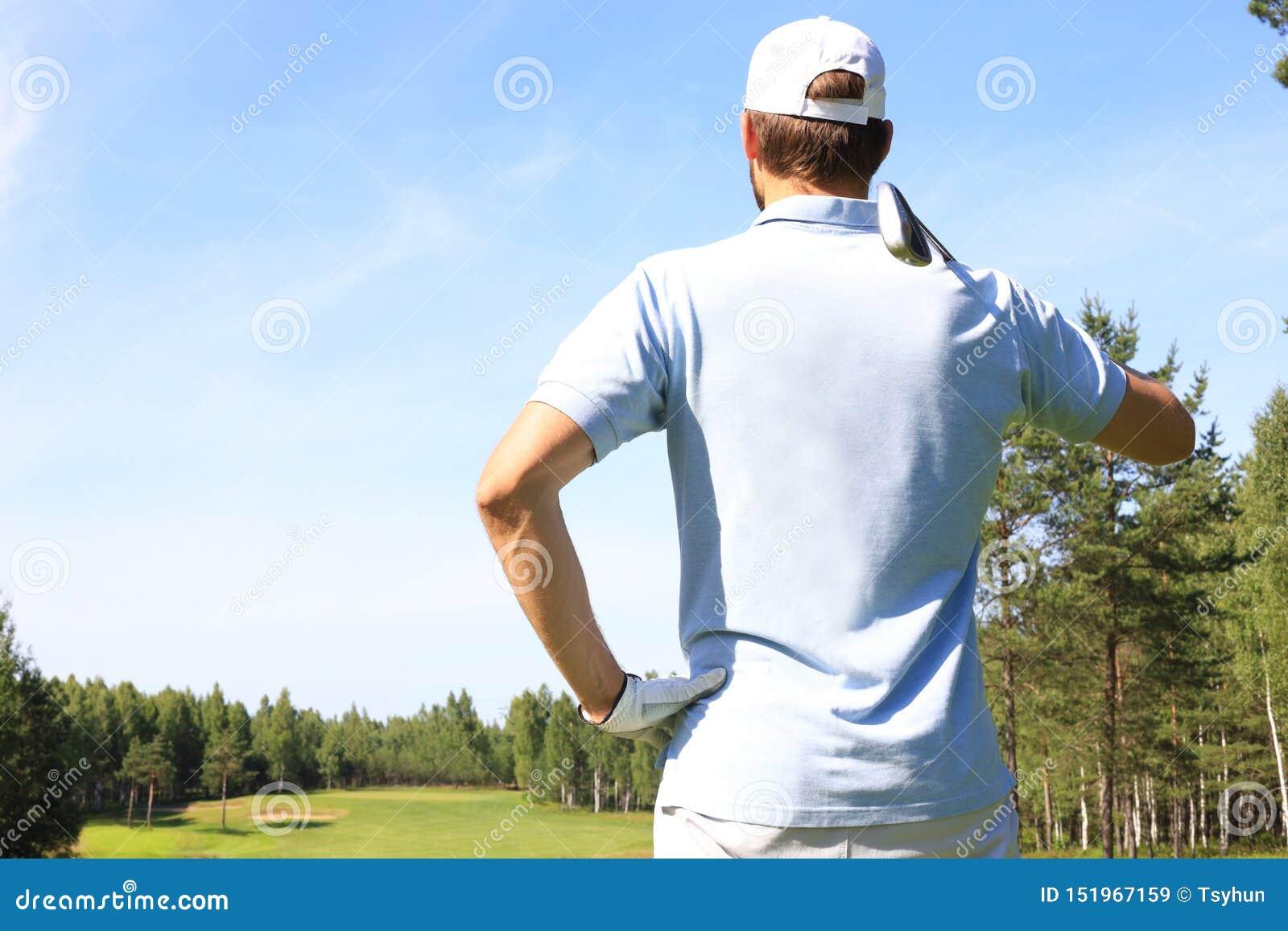 Le golfeur frappe un fairway tir? vers la maison de club