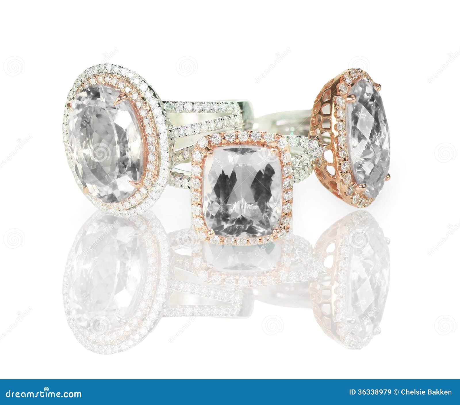 Le grand coussin a coupé le groupement moderne d anneaux de mariage de fiançailles de halo de diamant
