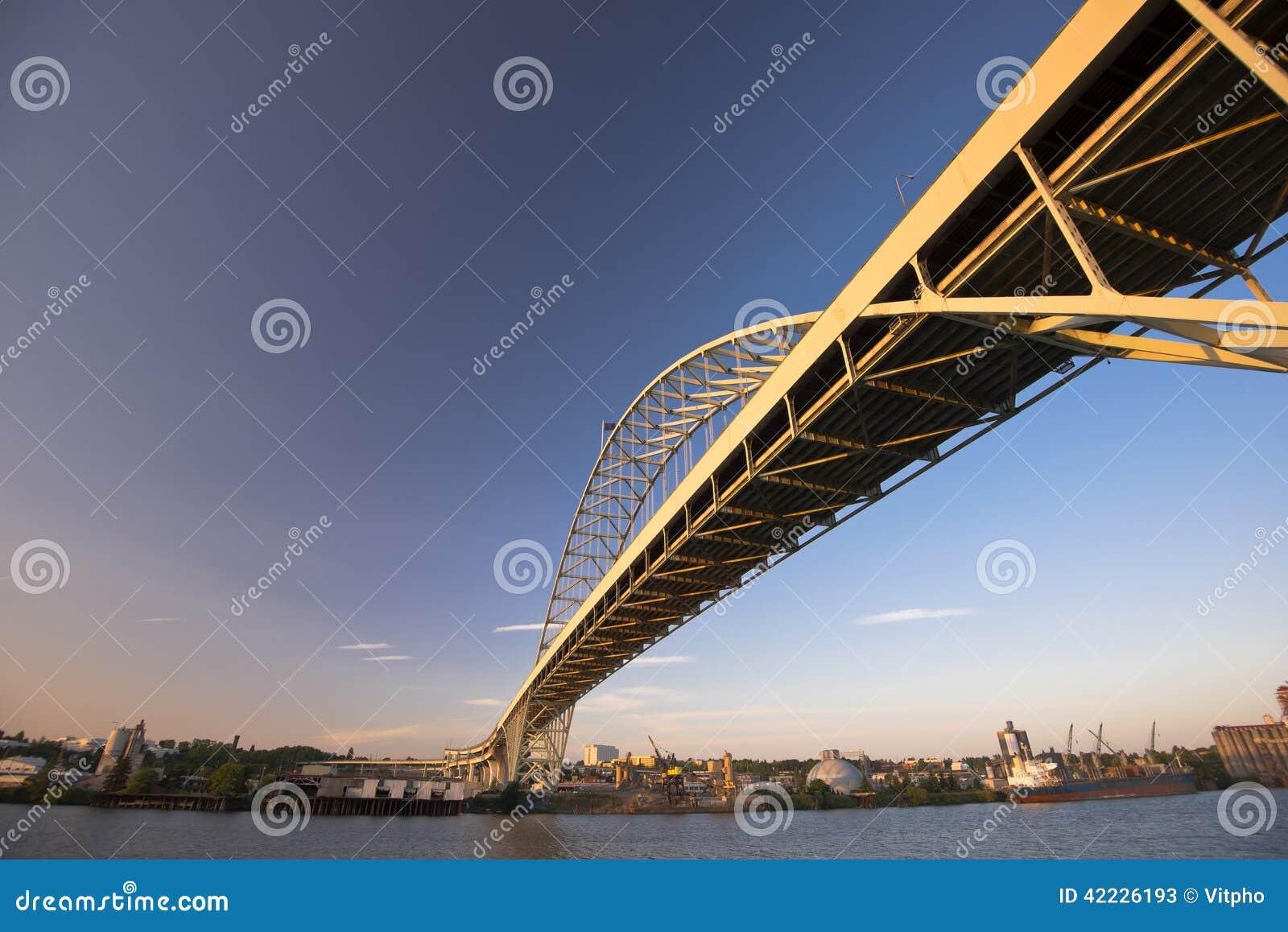 Le grand long métal a arqué le pont à travers la rivière de Willamette