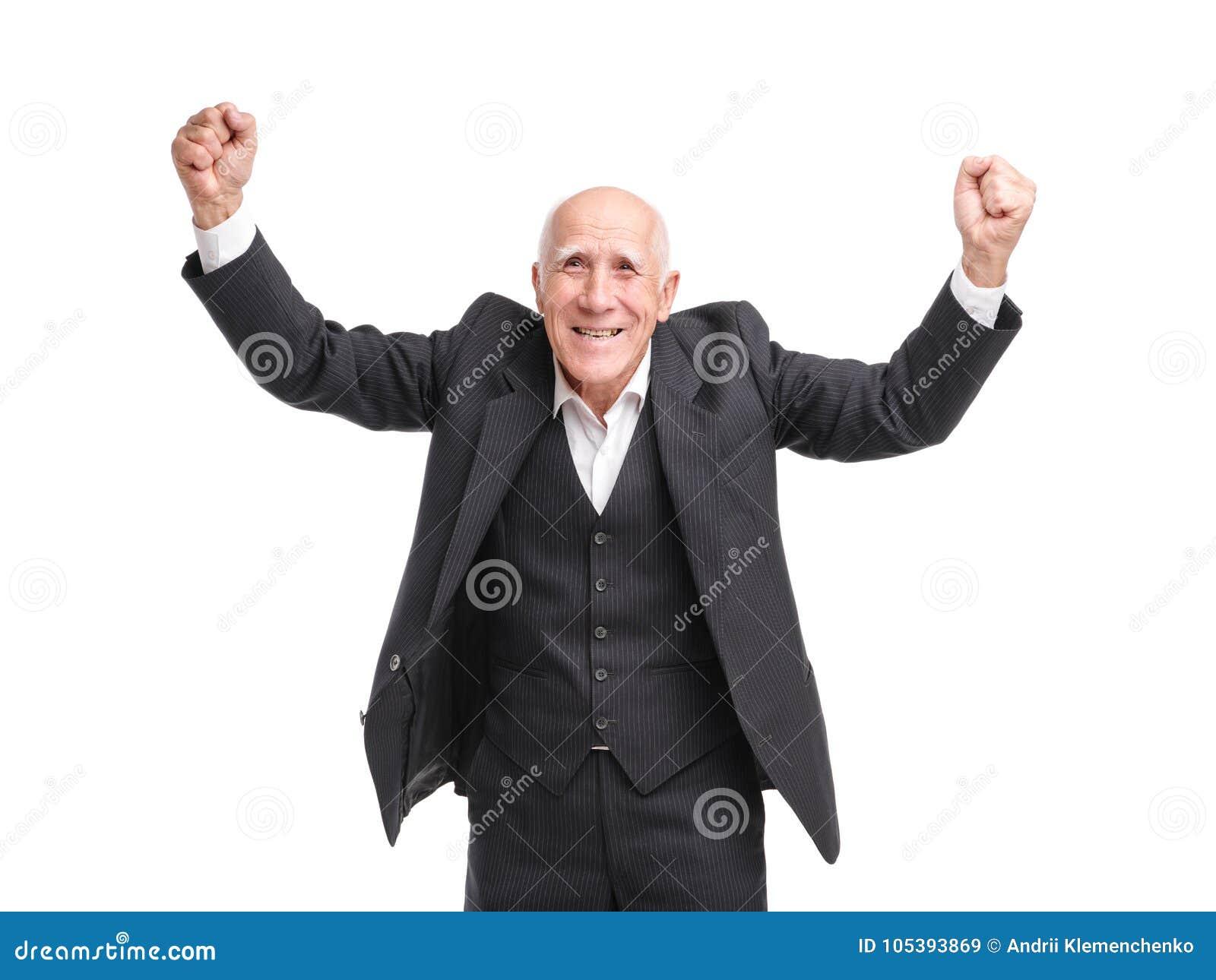 Le grand-père très heureux et élevé ses mains sur un blanc a isolé le fond