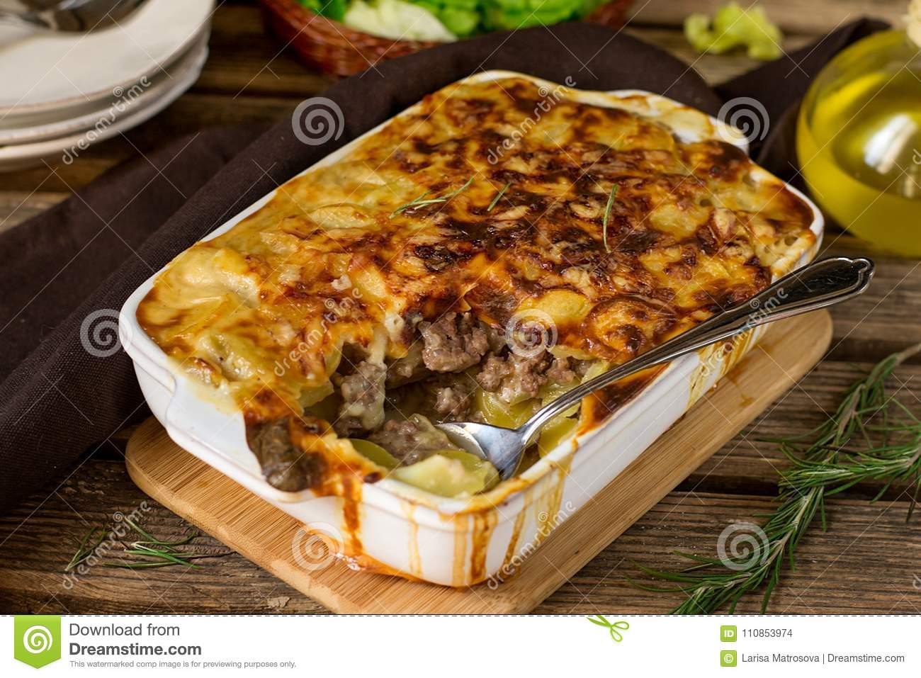le gratin de pomme de terre de plat de four avec du boeuf hach et le bechamel sauce photo stock. Black Bedroom Furniture Sets. Home Design Ideas