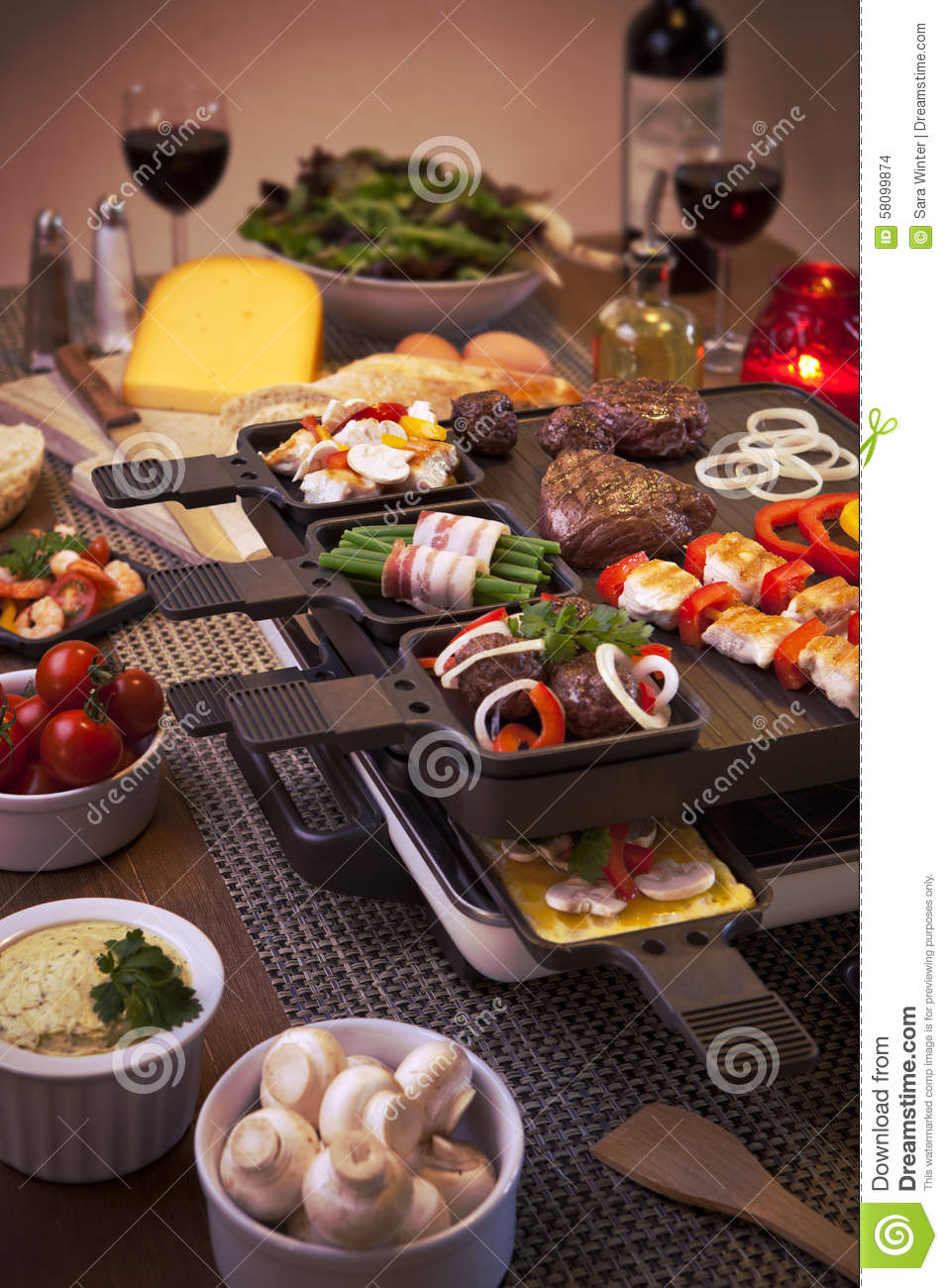 Le Gril De Table De Raclette Ou Les N Erlandais Gourmetten Photo Stock Image 58099874