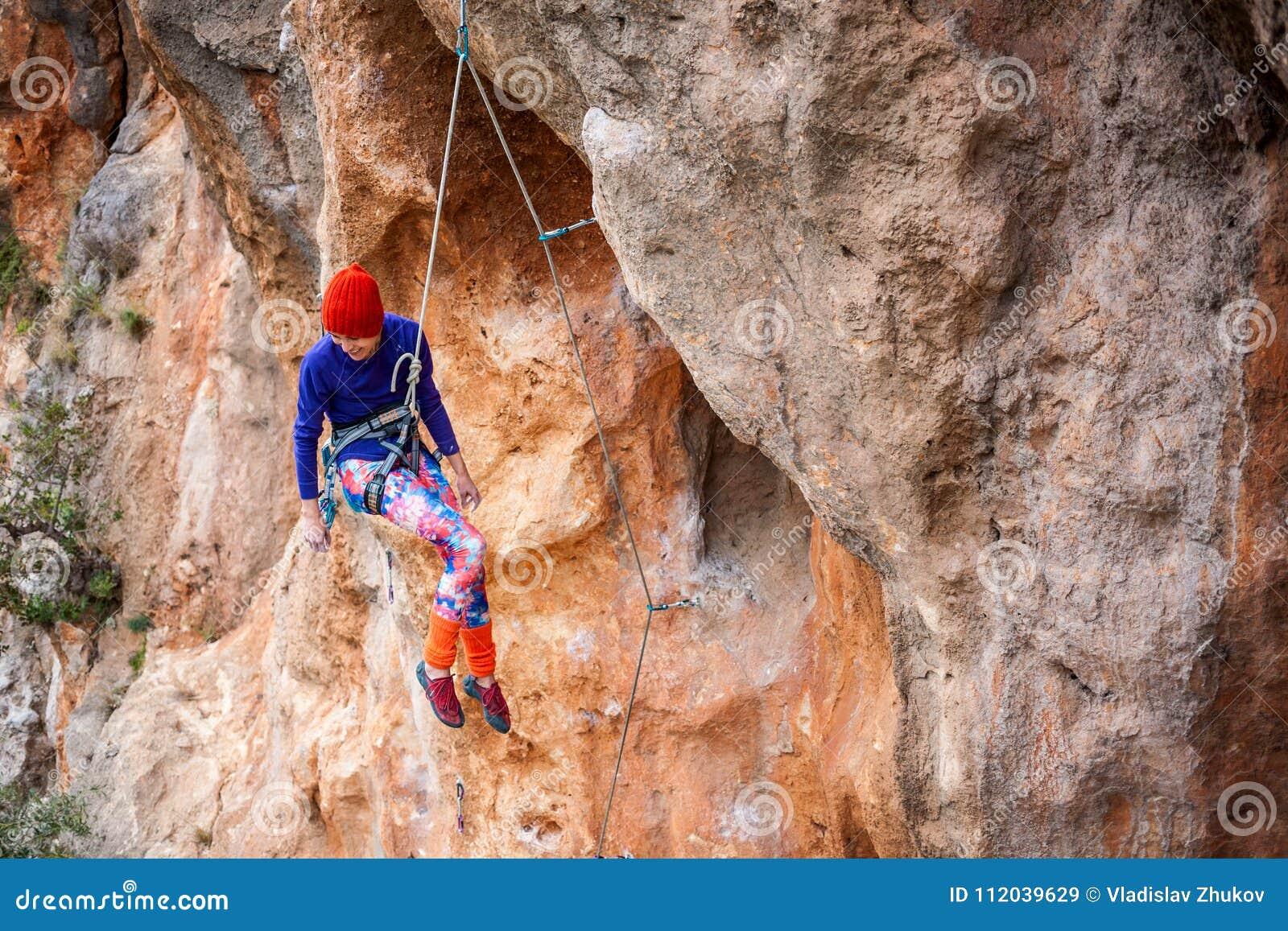 Le grimpeur accroche sur une corde
