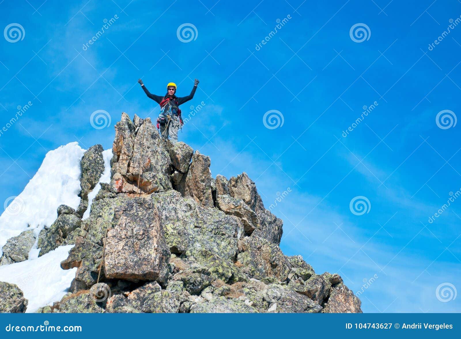 Le grimpeur atteint le sommet de la crête de montagne Succès, liberté et bonheur, accomplissement en montagnes Concept s élevant