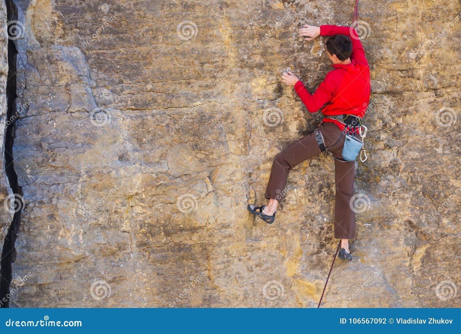 Le grimpeur monte la roche