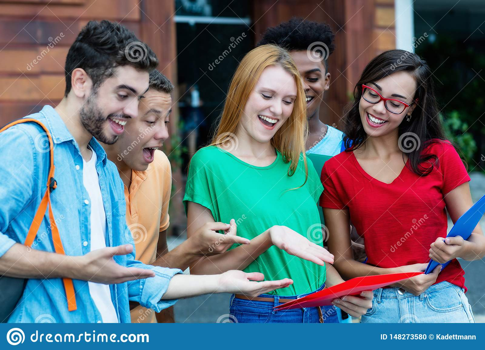 Le groupe d étudiants internationaux est heureux au sujet de bonnes catégories