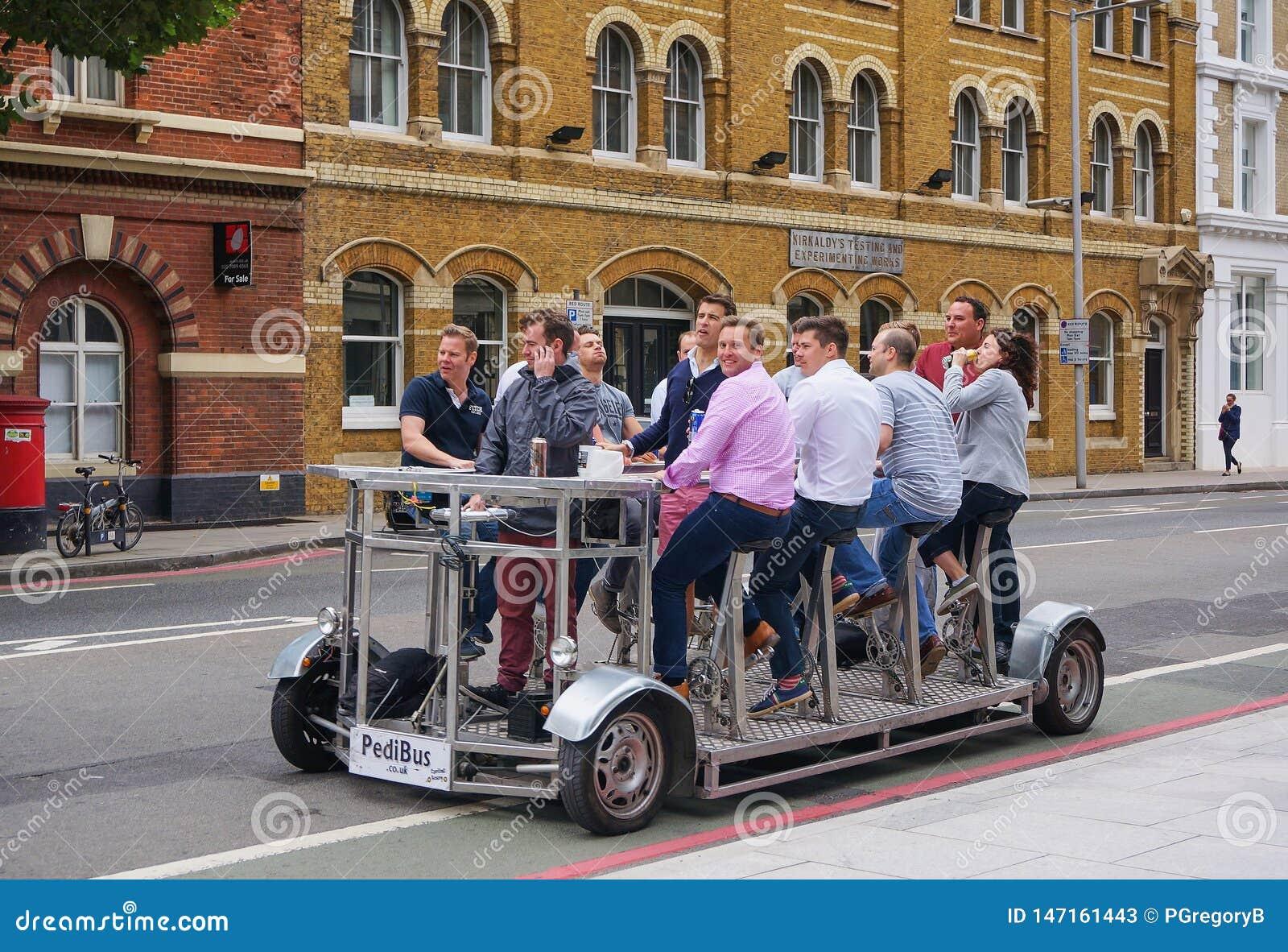 Le groupe d affaires célèbre sur la bicyclette de bière construite pour 9