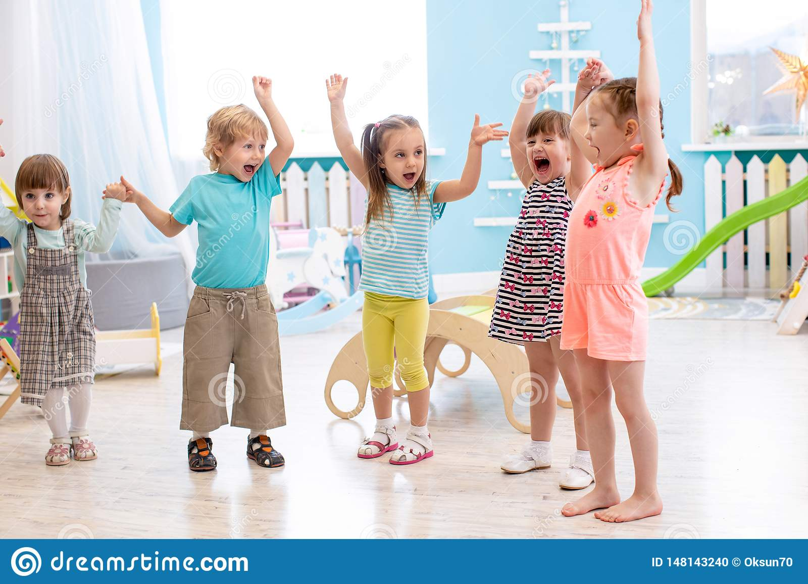 Le groupe d amis émotifs avec leurs mains a augmenté Les enfants ont le passe-temps d amusement dans la garde
