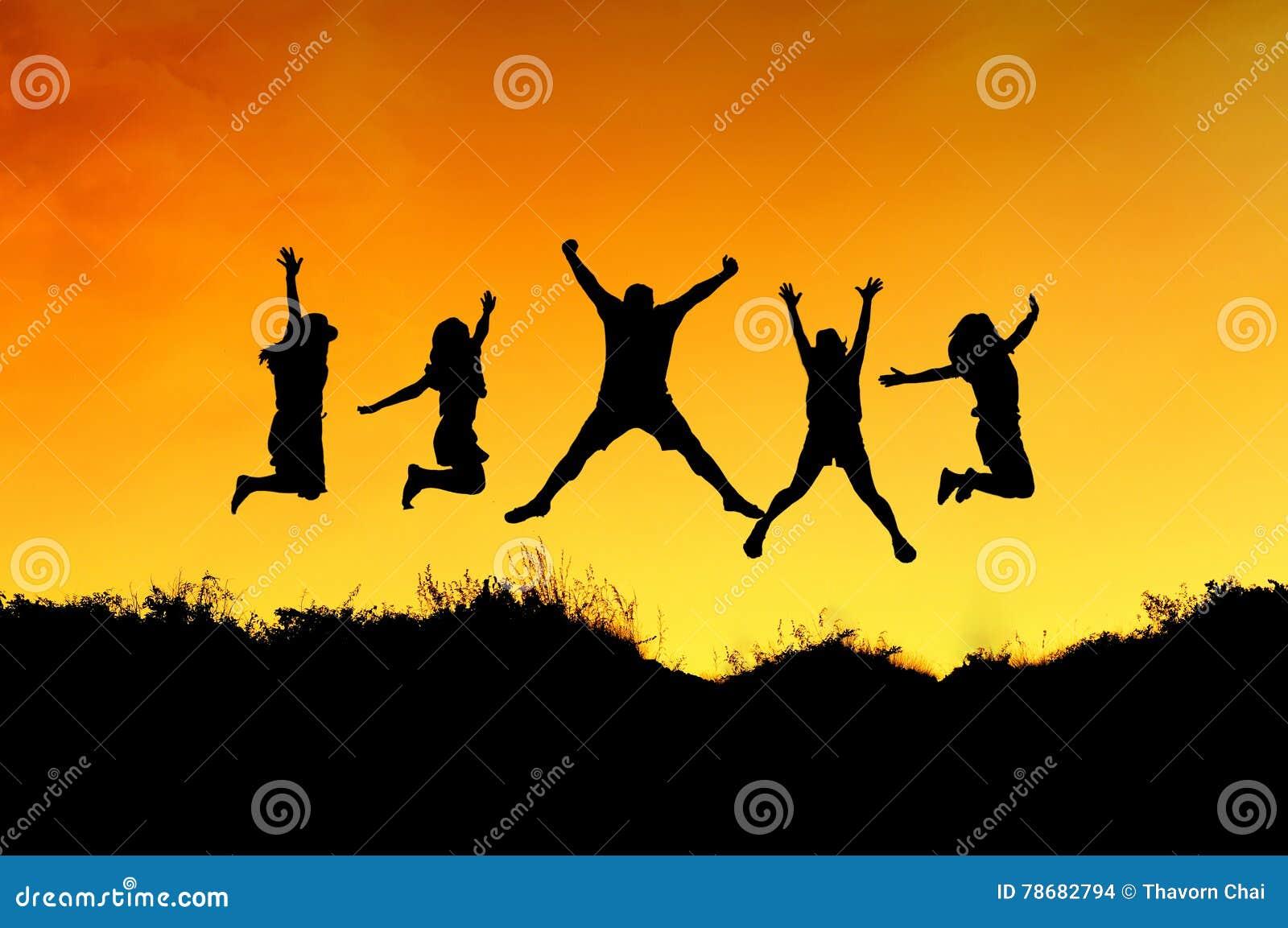 Le groupe d amis sautent sur le dessus de la montagne