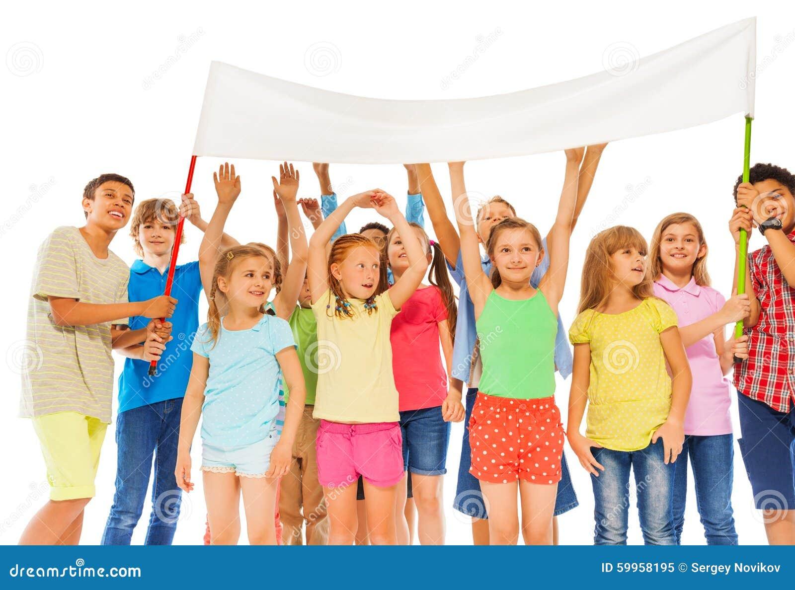 Le groupe d enfants heureux tiennent la bannière blanche vide