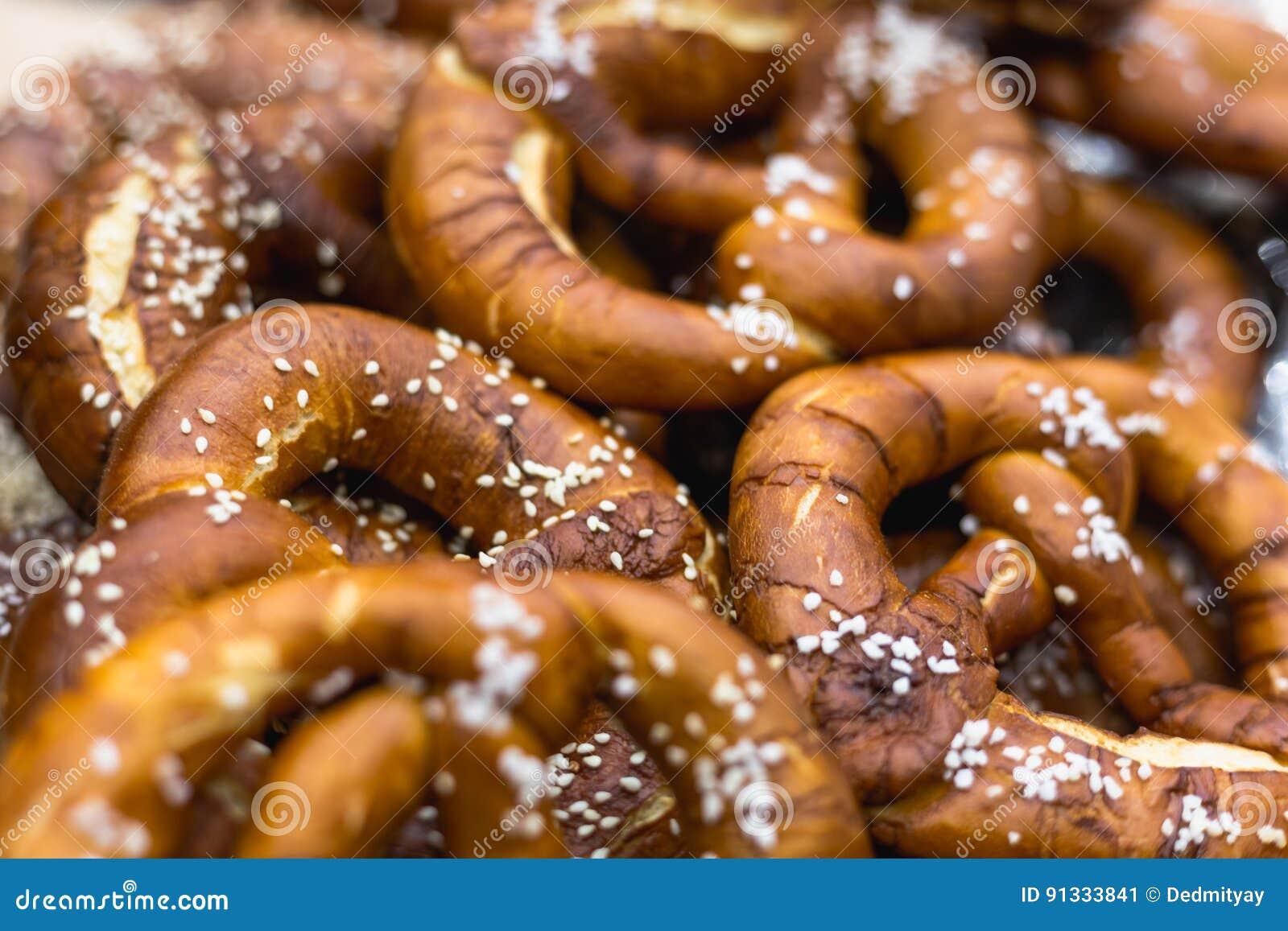 Le groupe d Oktoberfest a salé les bretzels bavarois mous