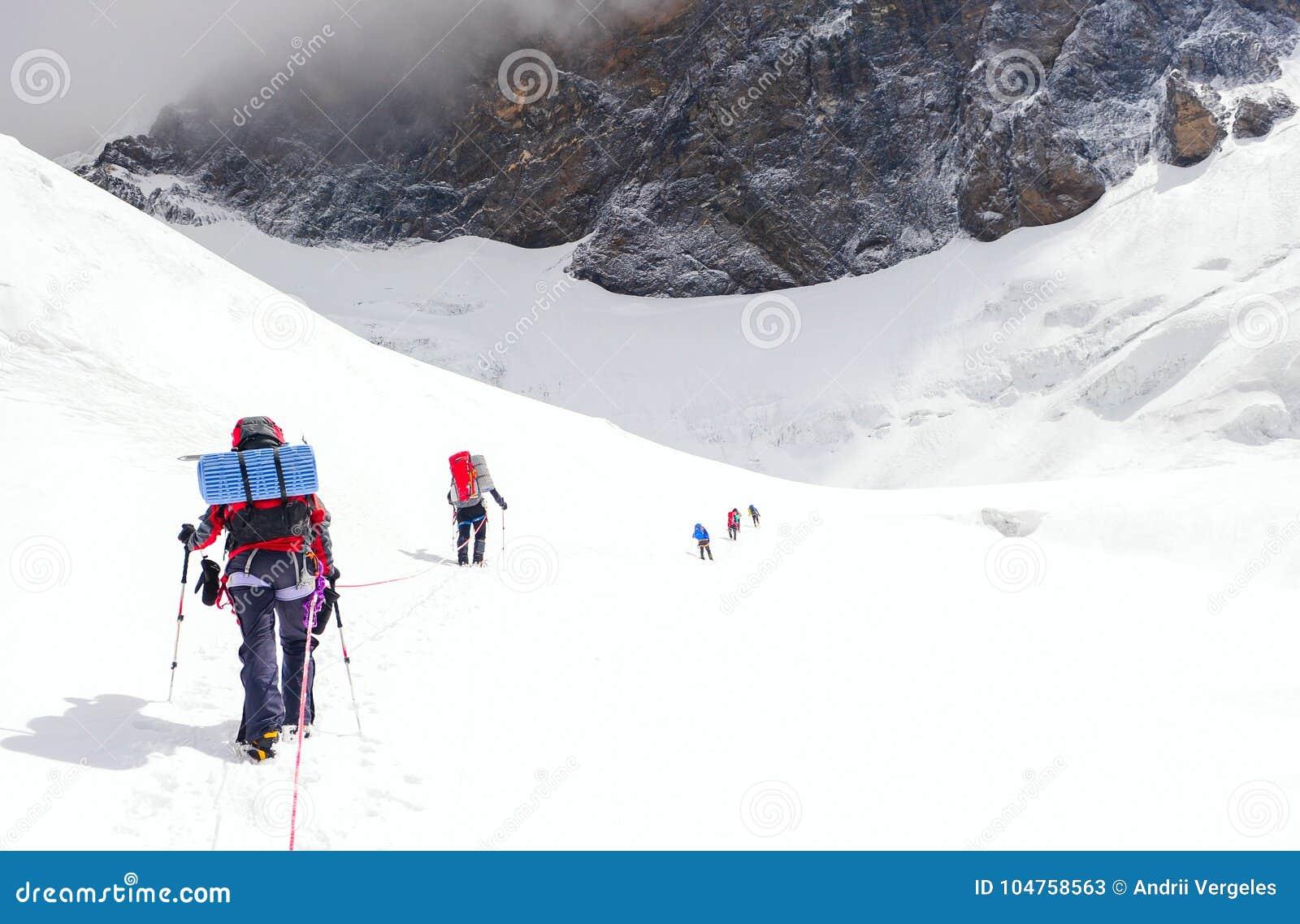 Le groupe de grimpeurs atteint le dessus de la crête de montagne S élever et