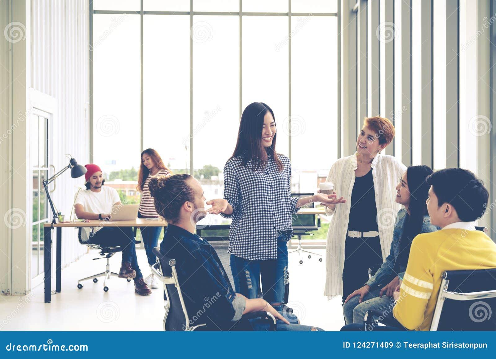 Le groupe de la jeune équipe créative multi-ethnique a engagé l échange d idées lors de la petite réunion tout en se tenant, se r