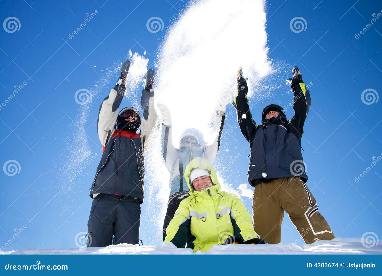Le groupe de personnes heureux projette une neige