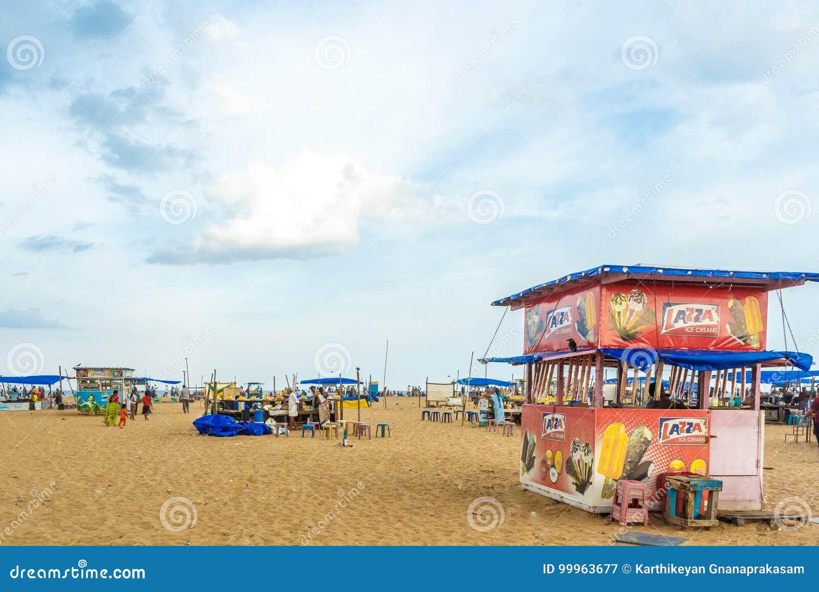 Le groupe de personnes s est réuni à la plage de marina, ayant l amusement dans les ressacs avec de beaux nuages, Chennai, Inde l