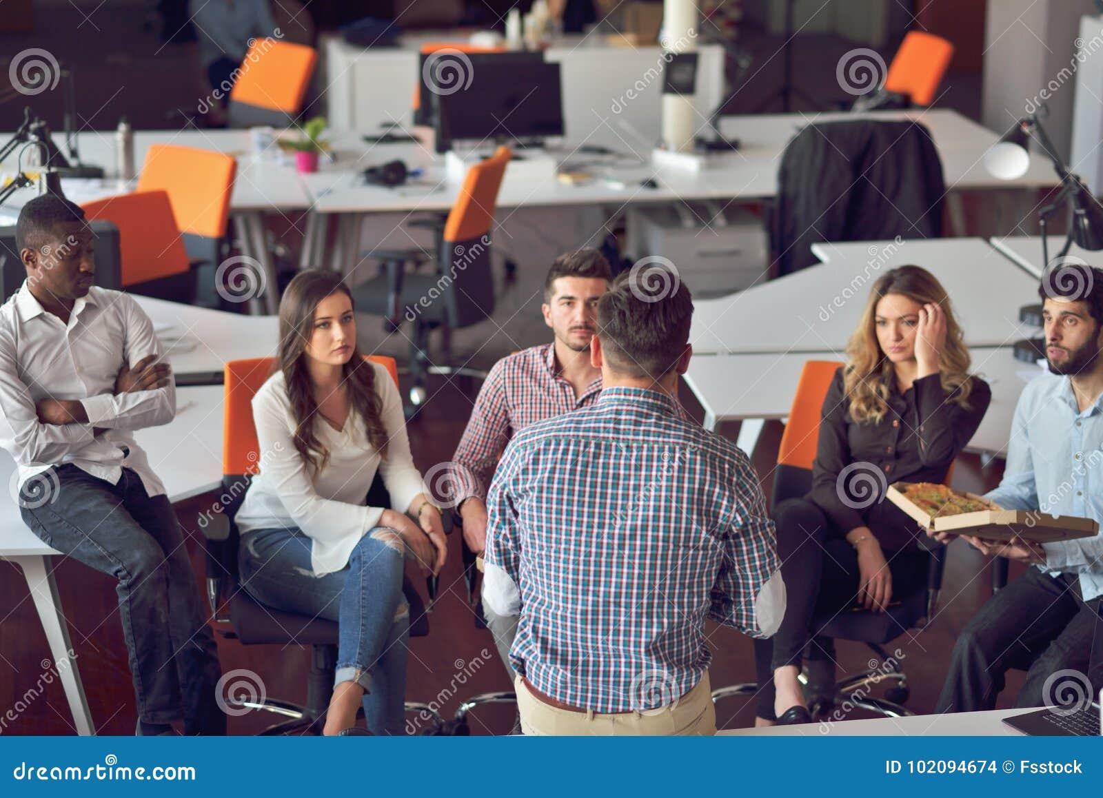 Bureau moderne group gens d affaires de démarrage groupe de
