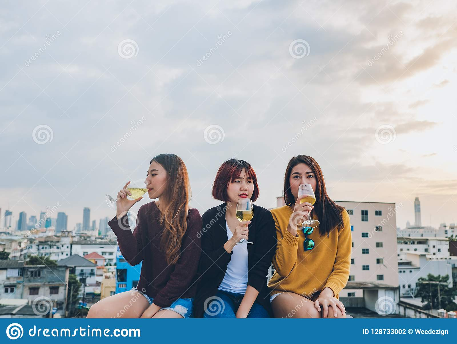 Le groupe heureux de amie asiatiques ont plaisir rire et PS gai