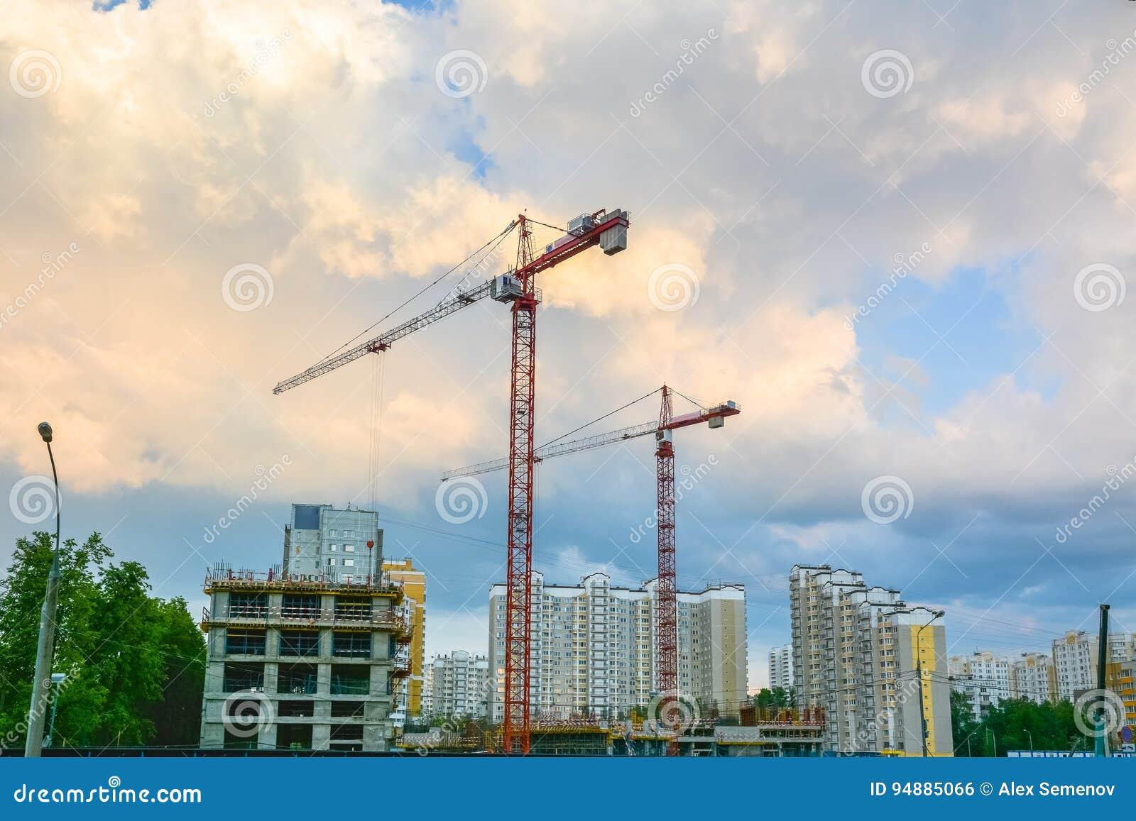 Le gru sono sul cantiere degli edifici residenziali