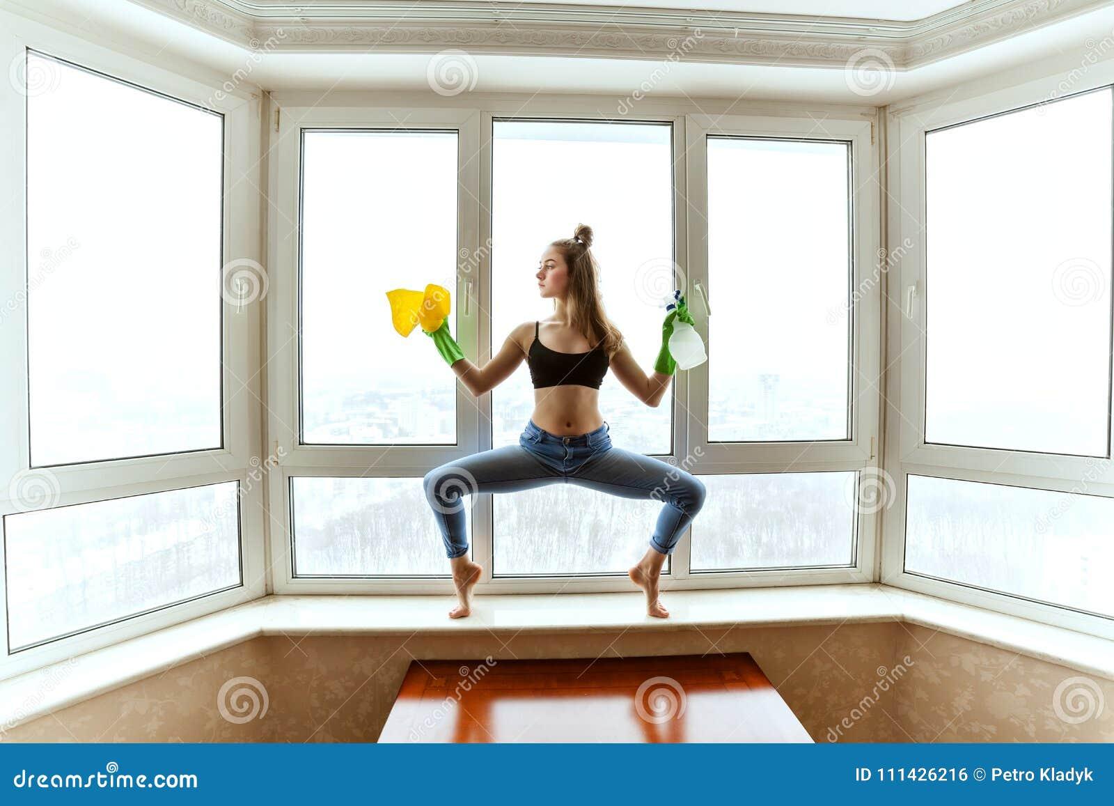 Le gymnaste lave les fenêtres