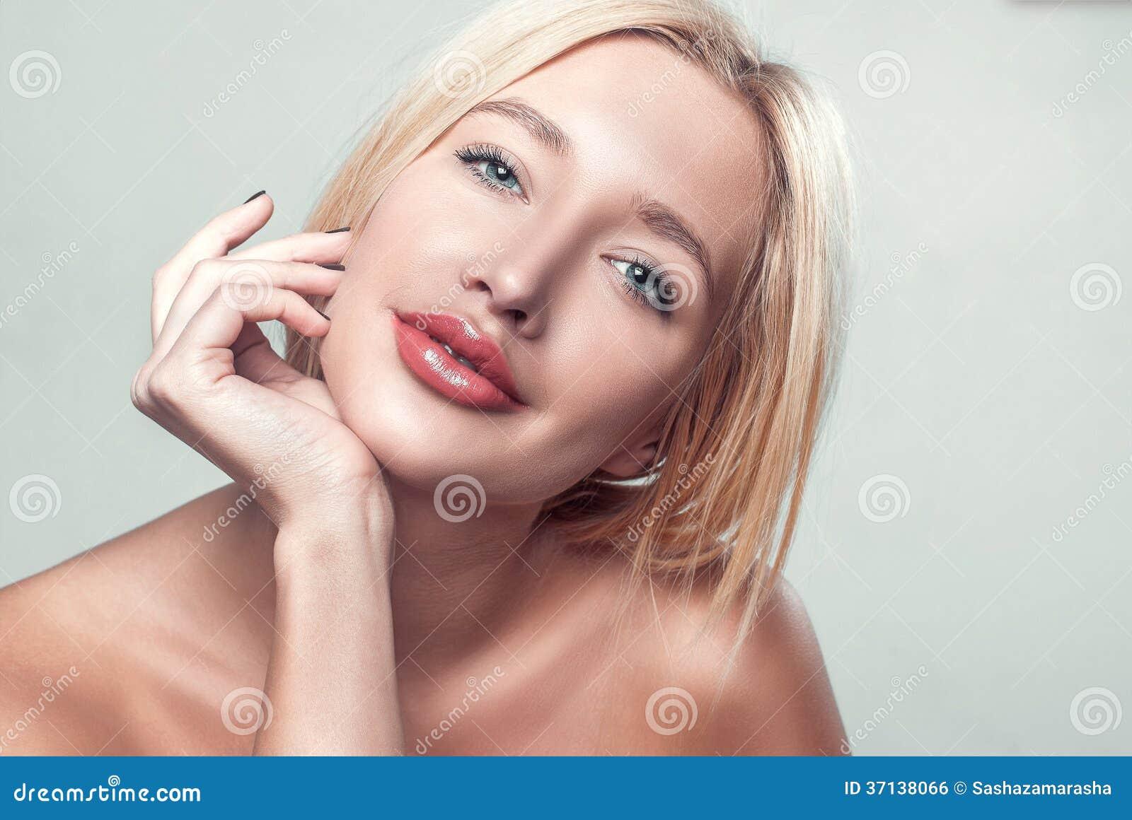 Le härlig rörande hud för ung kvinna