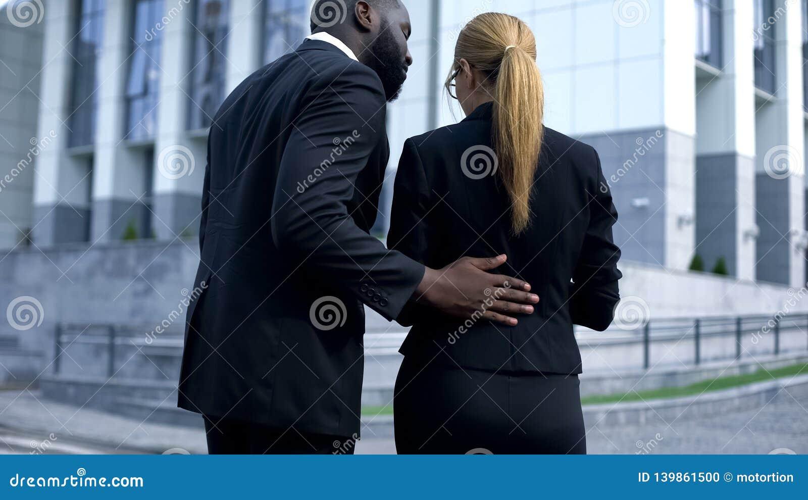 Le harcèlement sexuel de la femme d affaires sur le lieu de travail, patron se comporte d une manière insultante