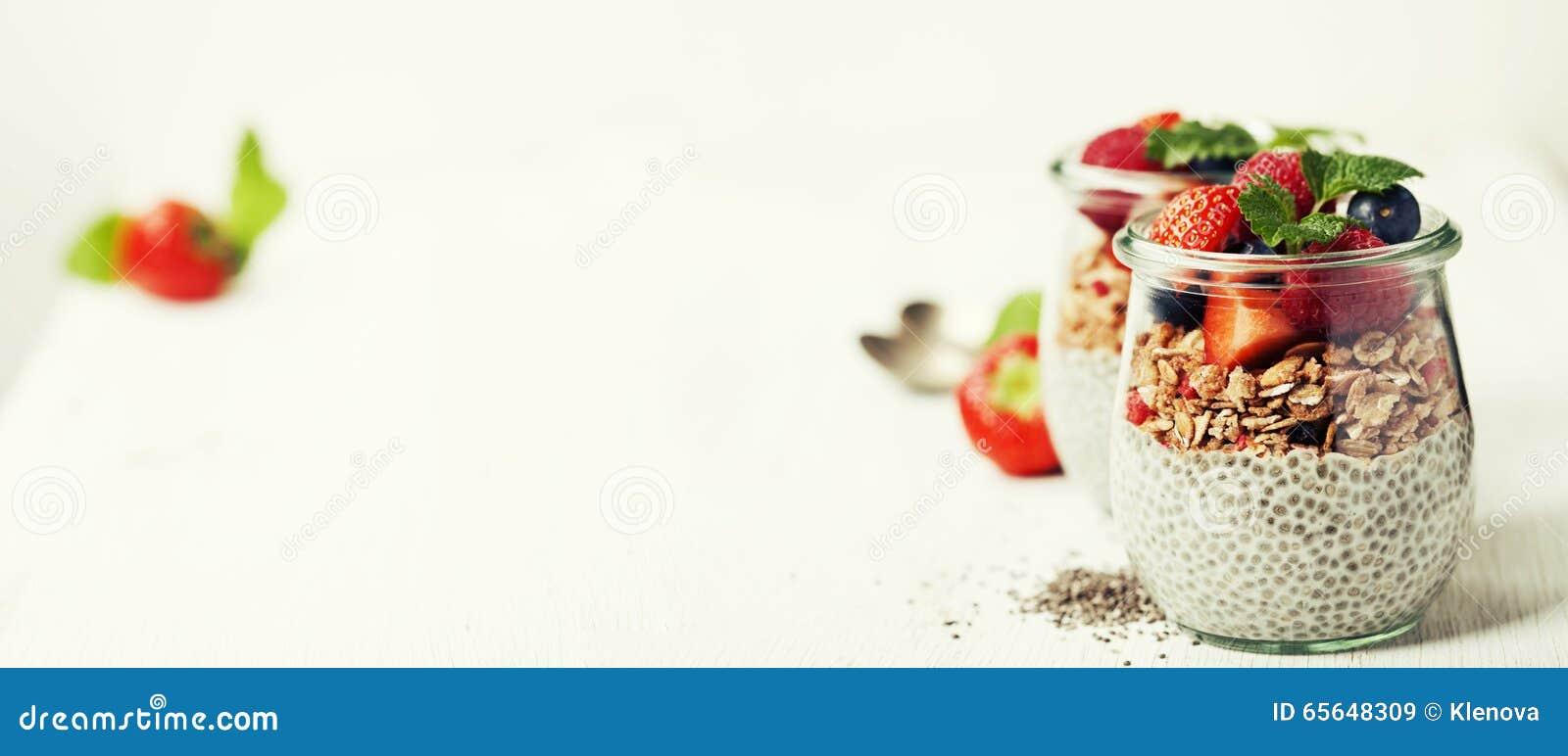 Le hia de ¡ de Ð sème le pudding et les baies de vanille sur le backgr rustique en bois