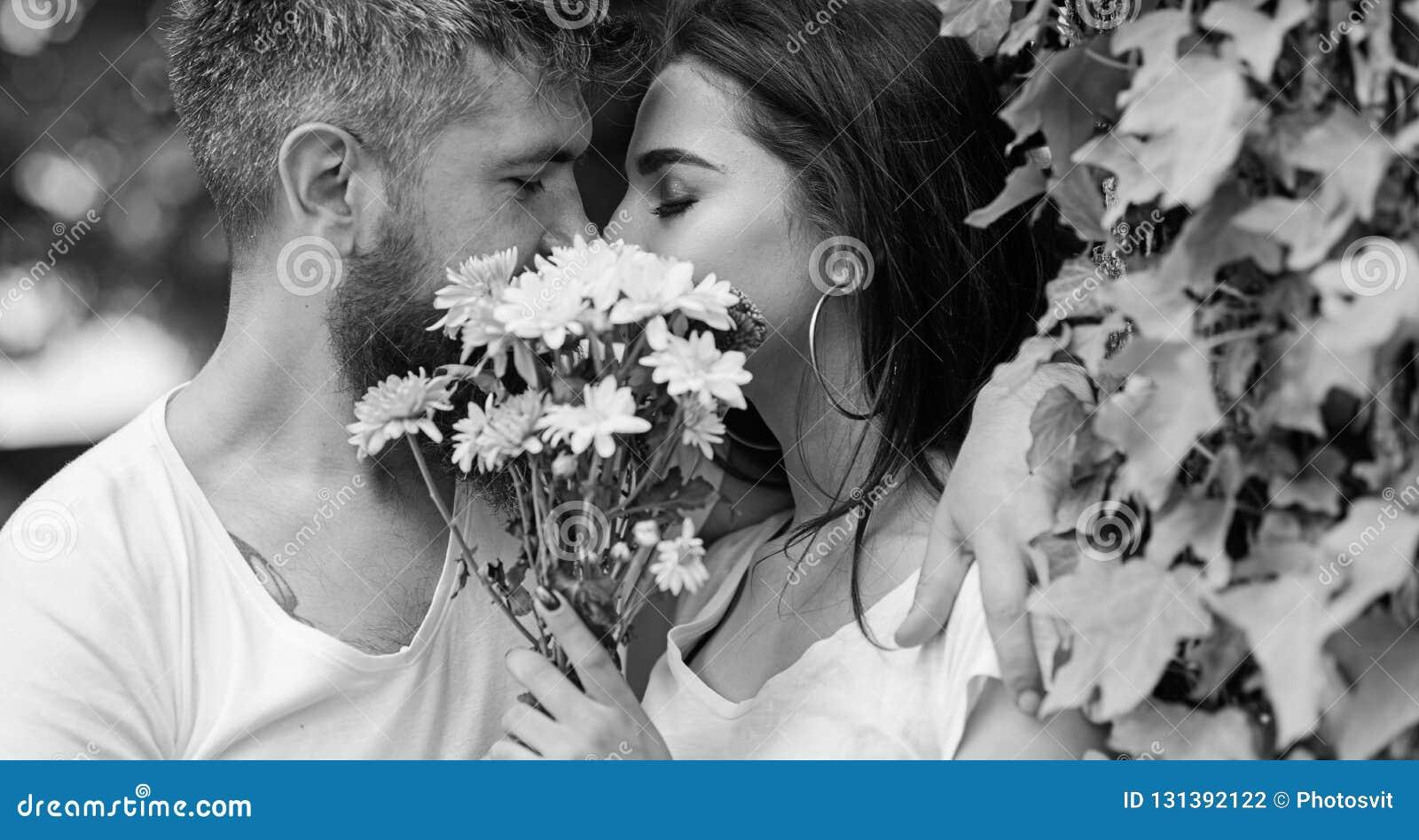 Le hippie barbu d homme embrasse l amie Baiser romantique secret Sentiments romantiques d amour Moment d intimité Couples dans l