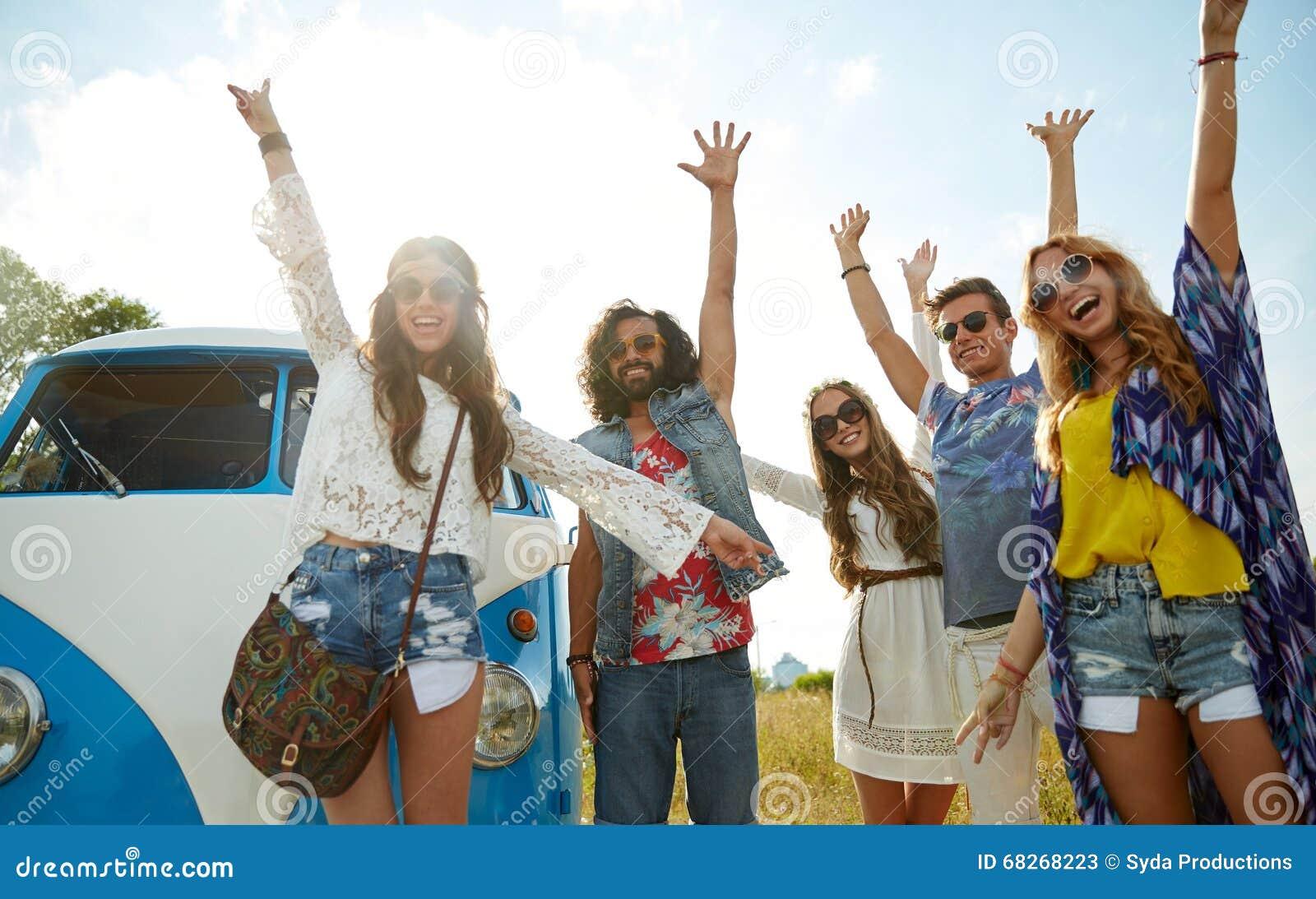 Le hippievänner som har gyckel över minivanbilen