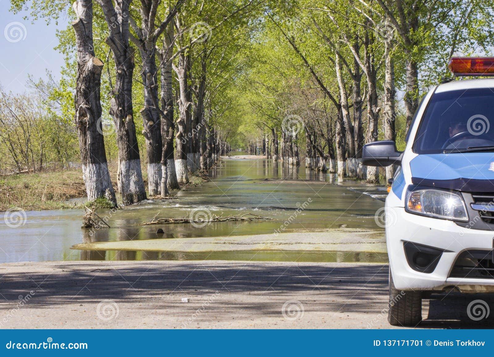 Le inondazioni hanno sommerso una via Sommergendosi su una strada