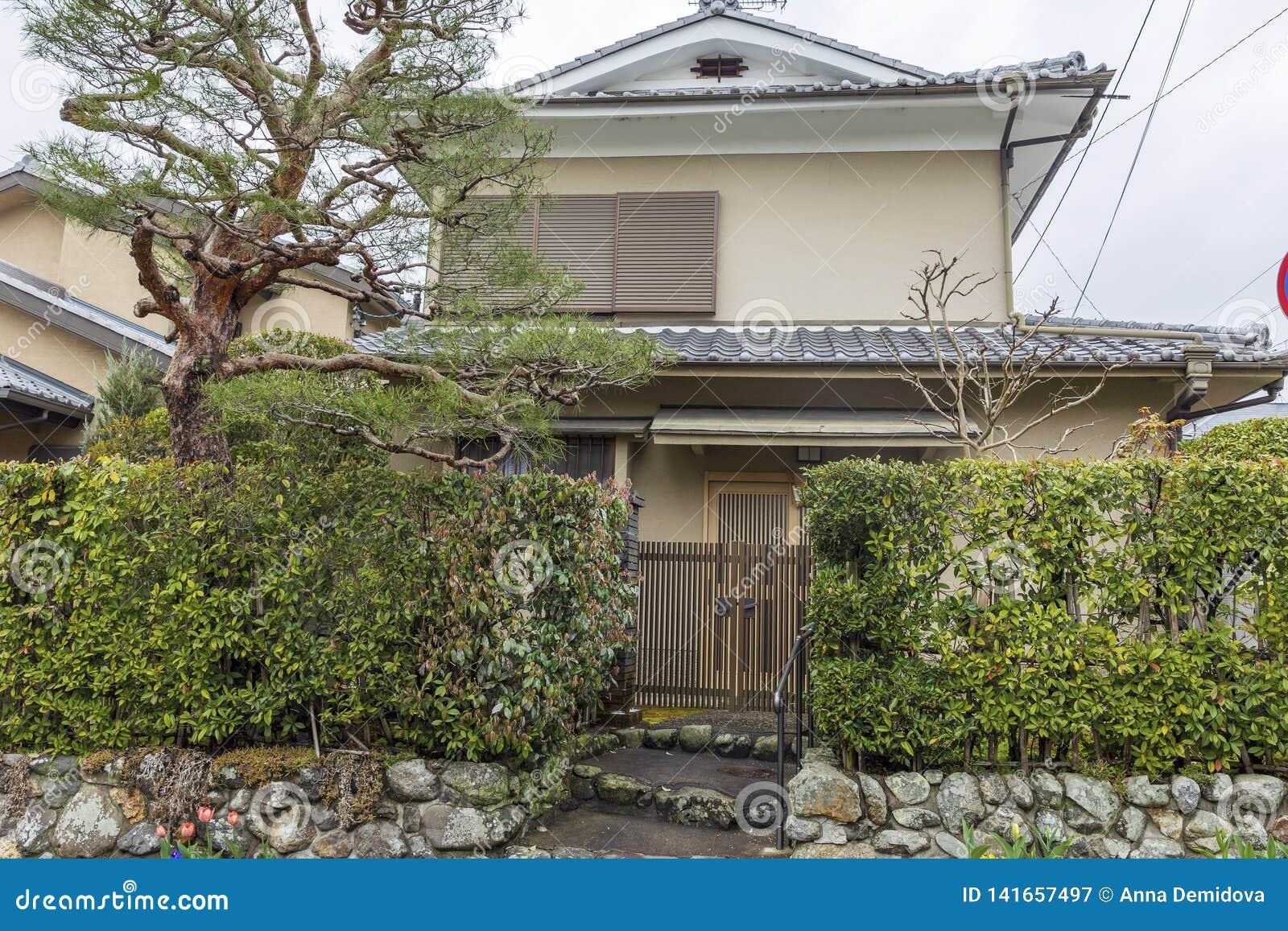 Plan Maison Traditionnelle Japonaise le japon, kyoto, 04/07/2017 vue de face de maison japonaise