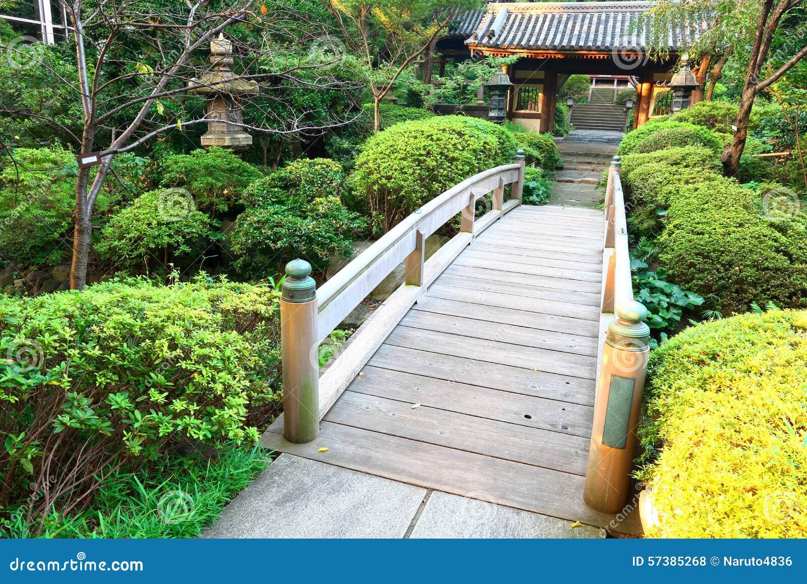 le japon pont en bois au jardin japonais photo stock image du japan architecture 57385268. Black Bedroom Furniture Sets. Home Design Ideas