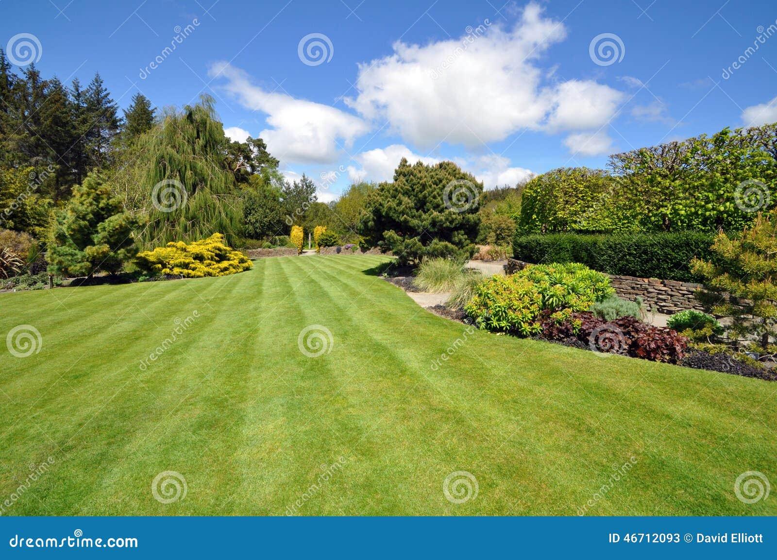 Le jardin anglais parfait de pays photo stock image for Arbustes pour jardin anglais