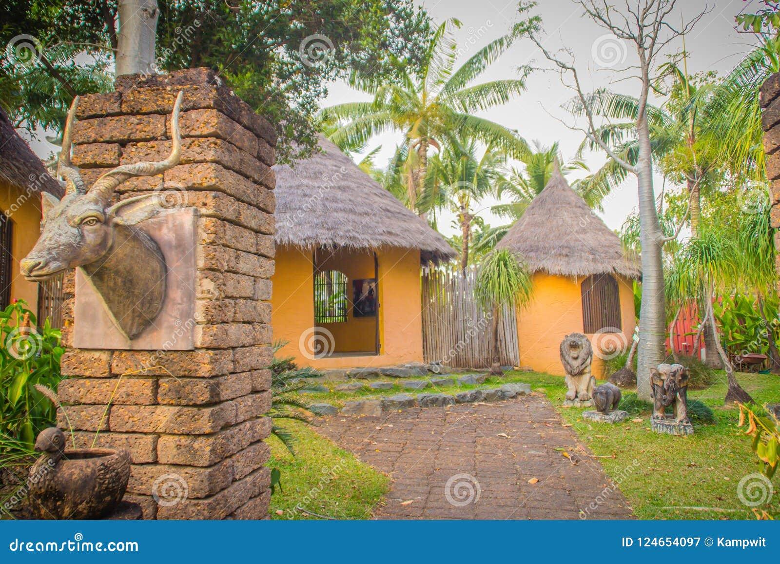 Le Jardin De La Porte De Terre D\'entrée De Maison Du Kenya ...