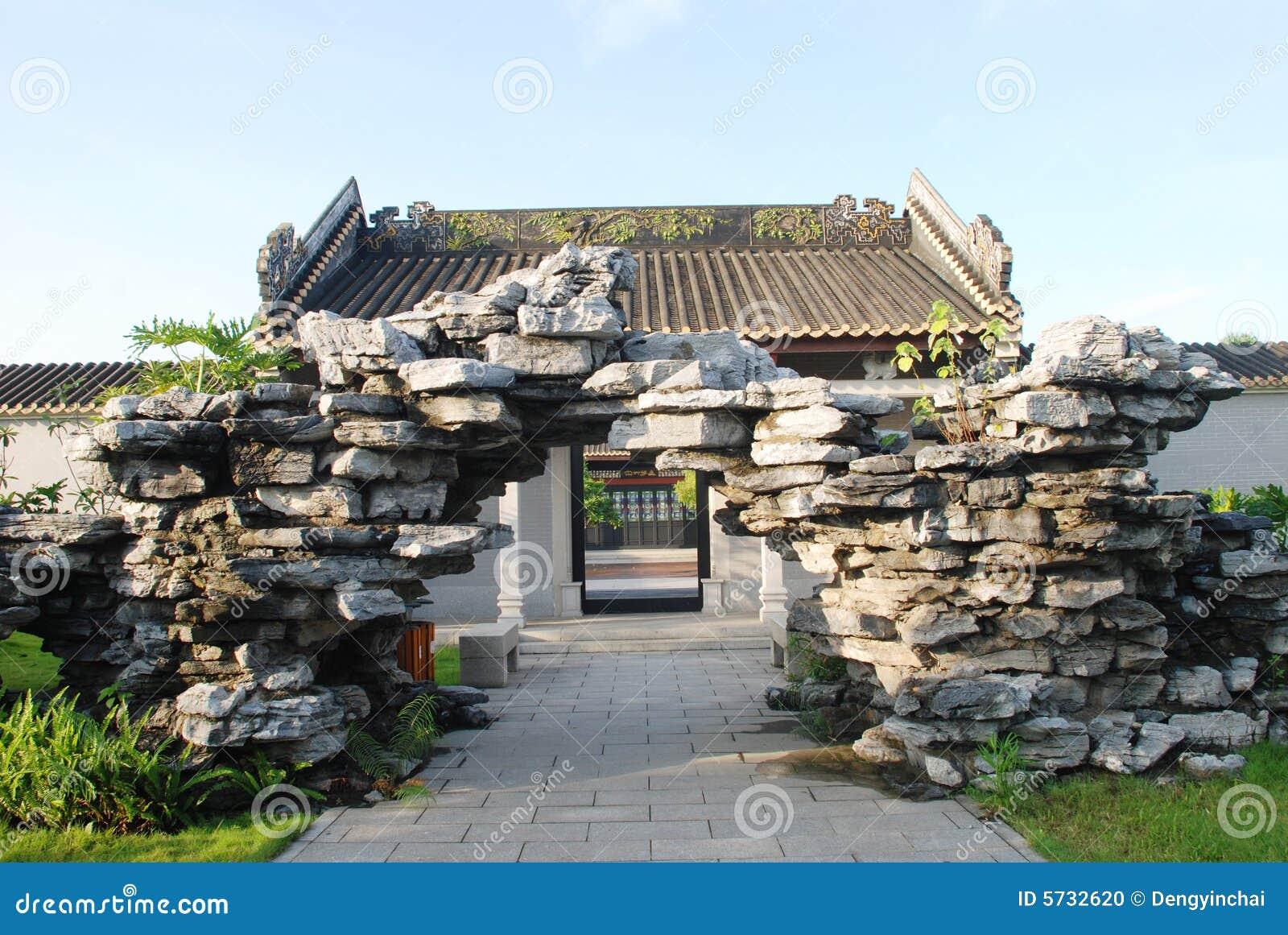 Le jardin de rocaille dans le jardin antique photo stock for Dans le jardin