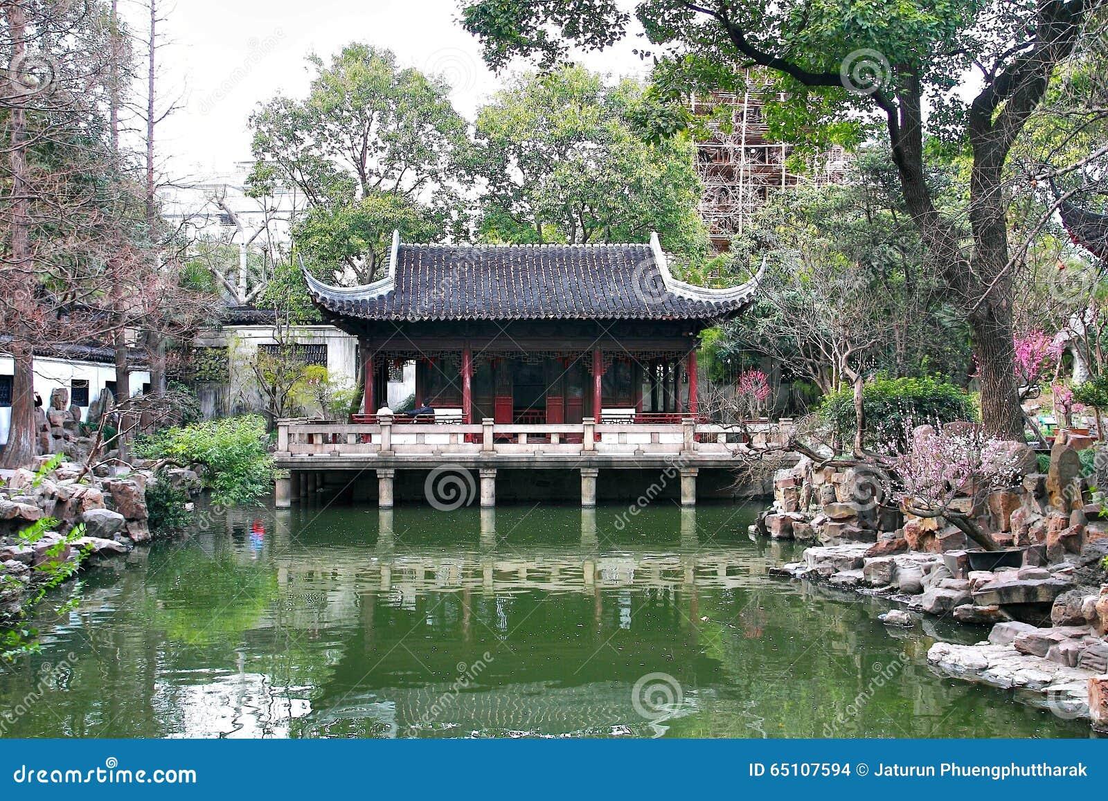Le Jardin De Yuyuan Est Un Jardin Chinois Etendu Situe Pres