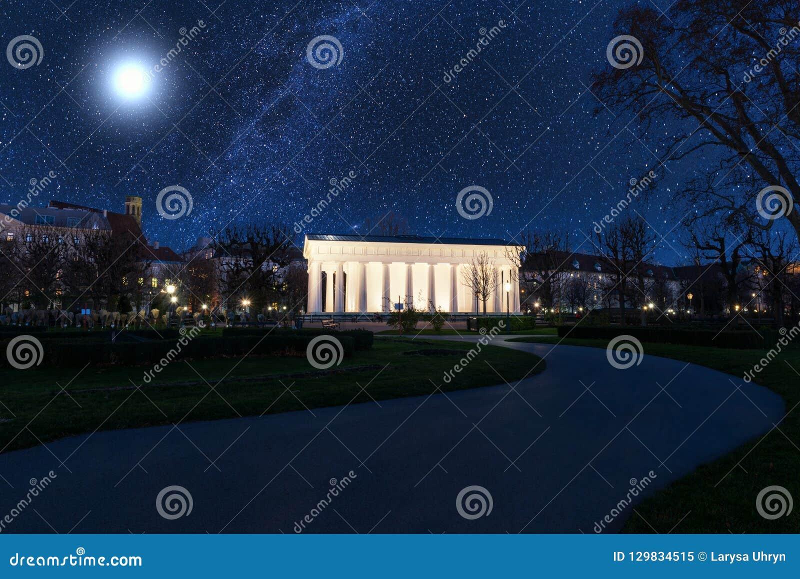 Le jardin des personnes de Volksgarten la nuit, parc public à Vienne, Autriche