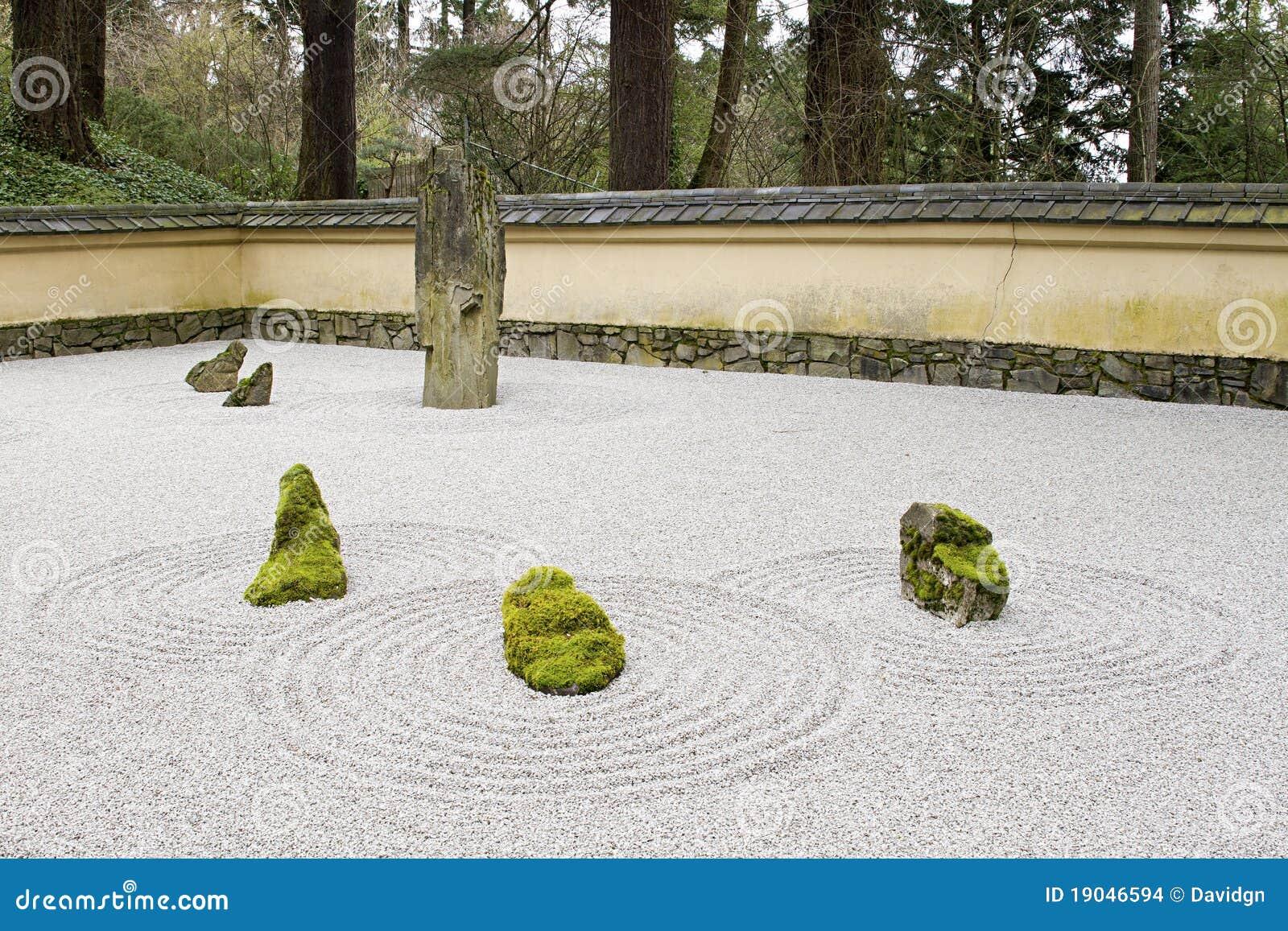 le jardin japonais de pierre et de sable a couvert de tuiles le mur de toit images stock image. Black Bedroom Furniture Sets. Home Design Ideas