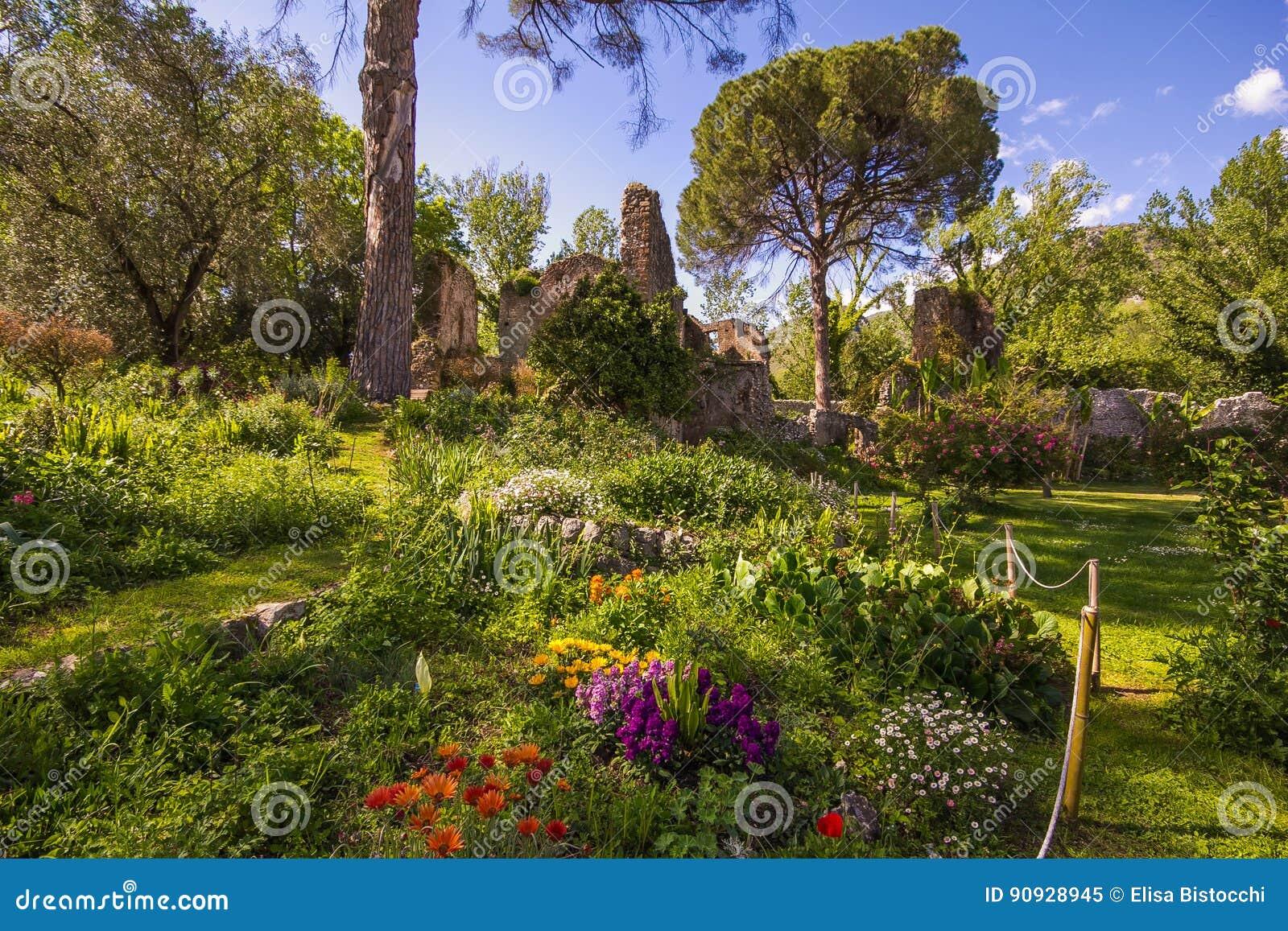 Le Jardin Romantique De Ninfa Avec Des Ruines Et Des Fleurs Image ...