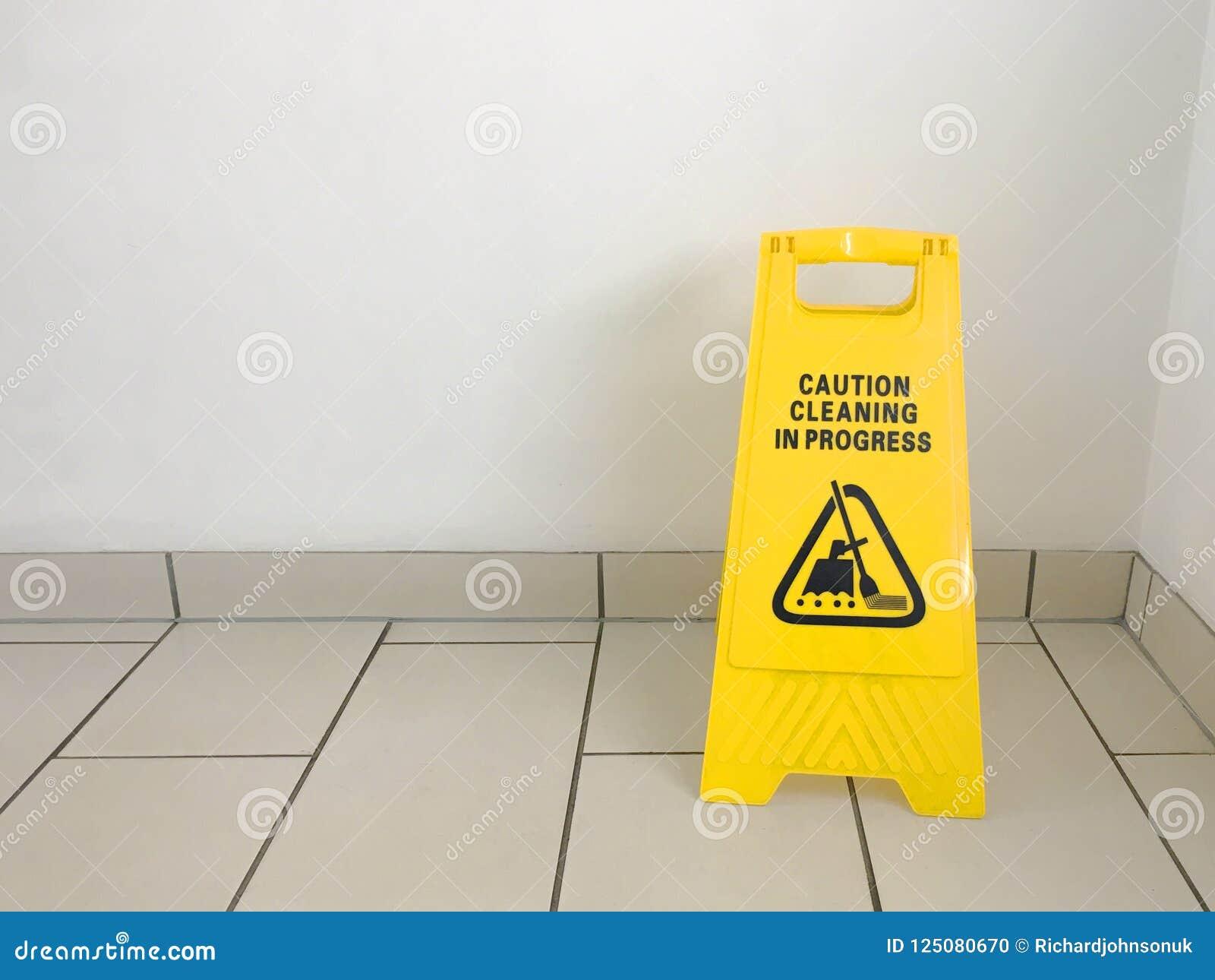 Le jaune en cours de nettoyage de précaution se connectent le