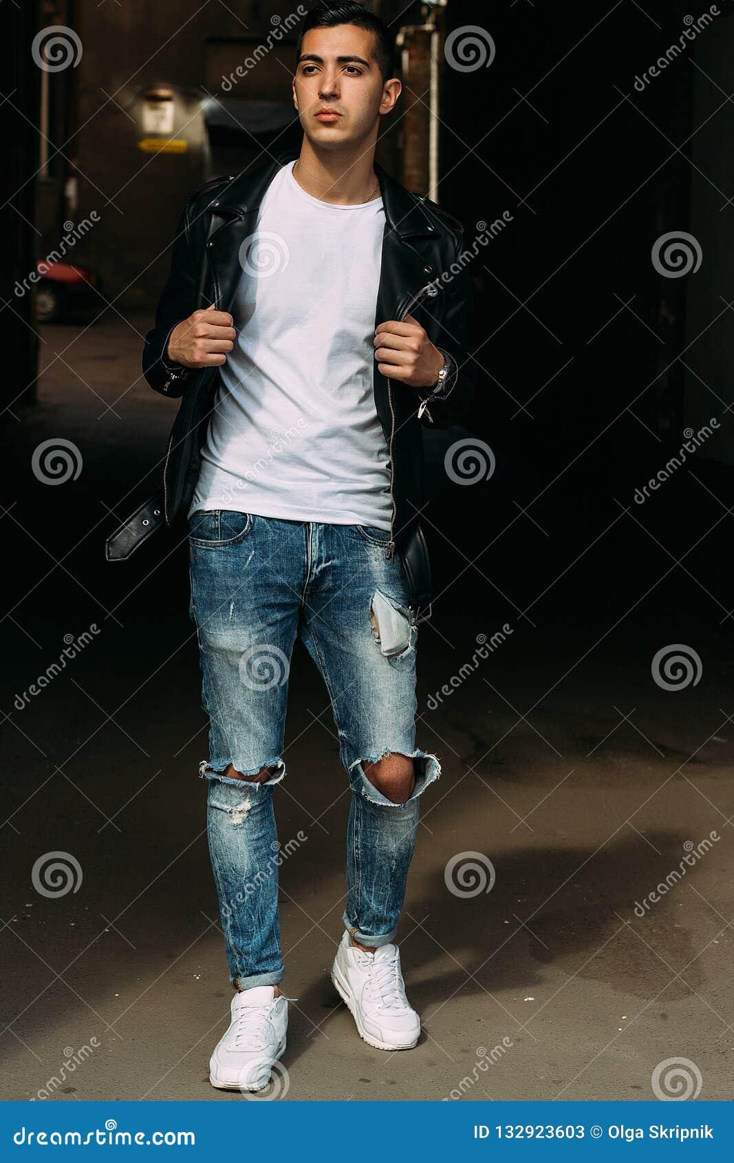 Le Jeune, Beau Type Dans Un T-shirt Blanc,