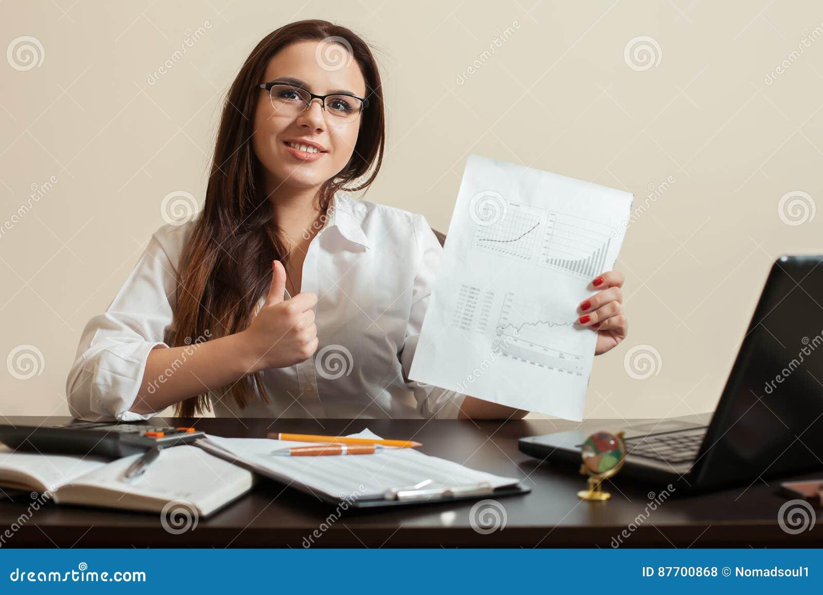 Le jeune comptable féminin montre des pouces