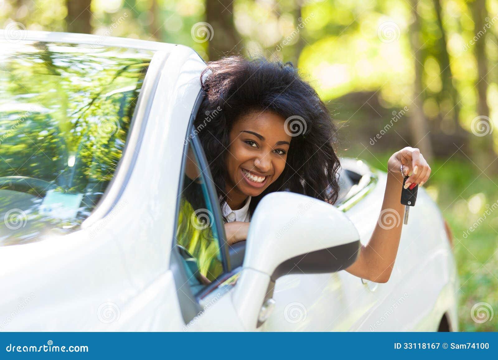 le jeune conducteur adolescent noir tenant la voiture verrouille conduire sa nouvelle voiture. Black Bedroom Furniture Sets. Home Design Ideas