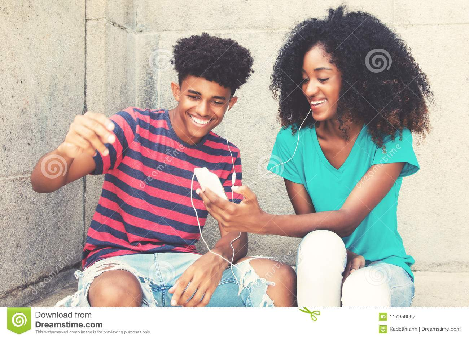 Le jeune couple adulte d afro-américain aime la musique