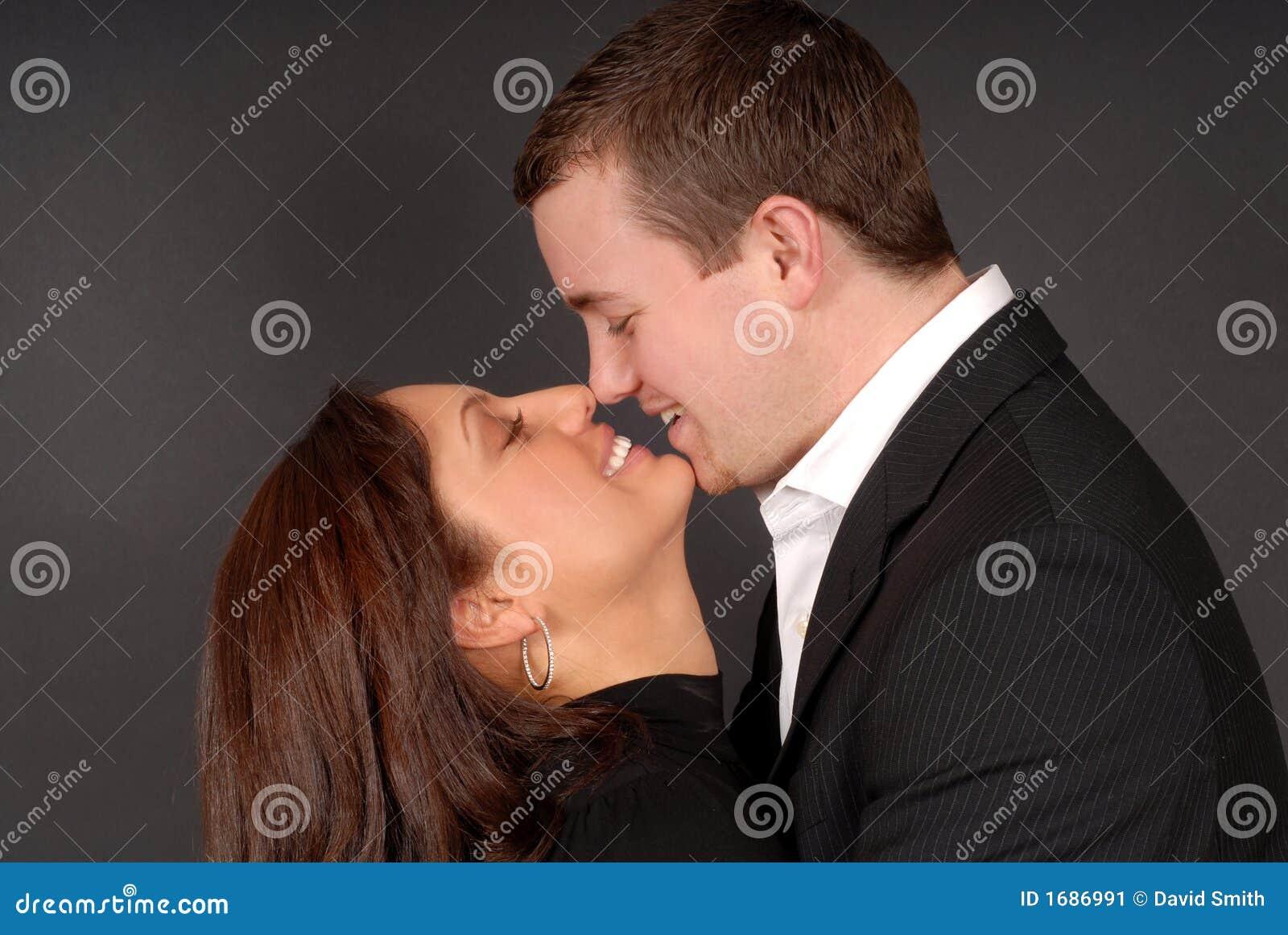 Le jeune couple attrayant dans chaque autres arme regarder à chaque othe